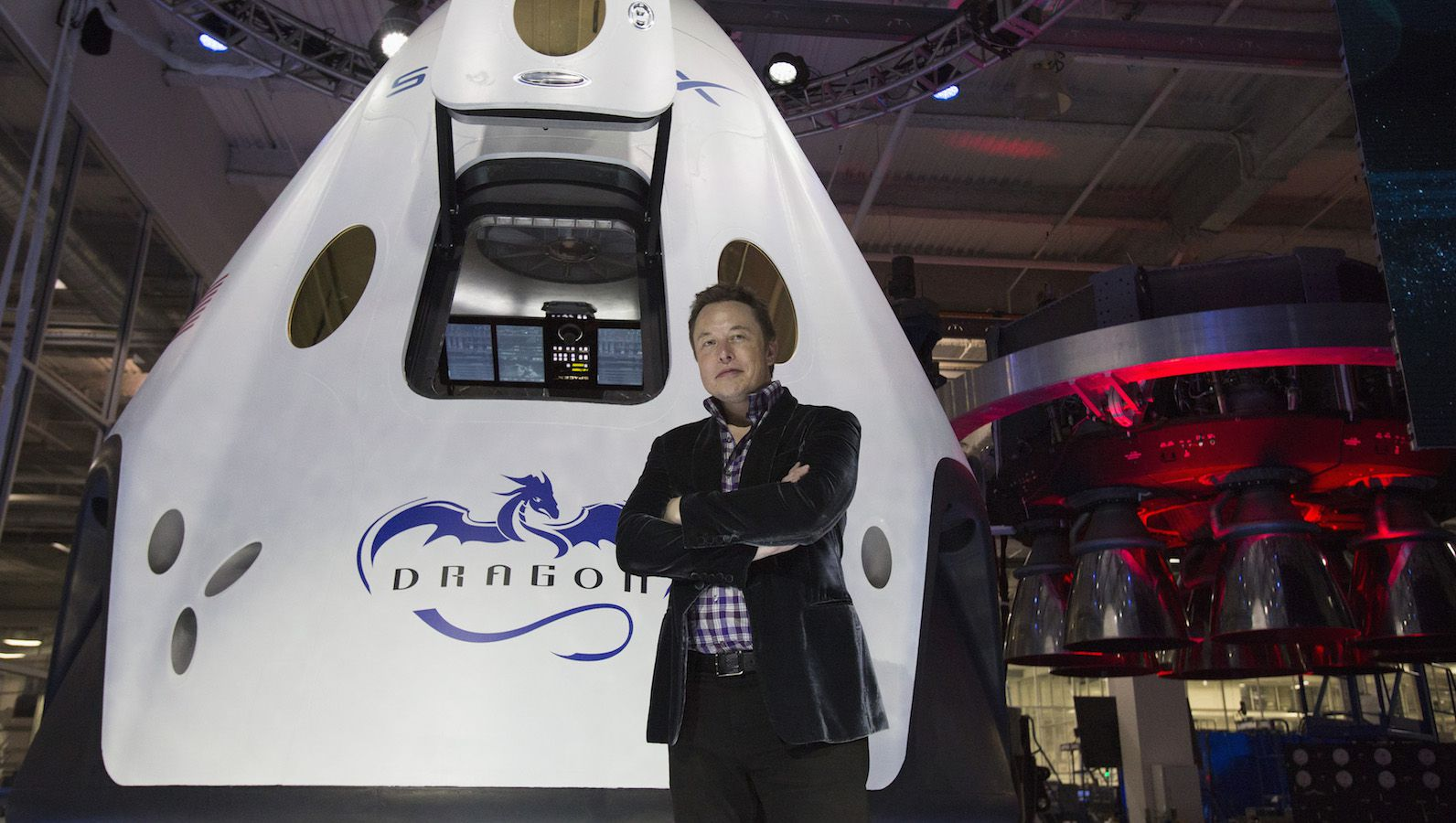 SpaceX CEO Elon Musk poses by the Dragon V2 spacecraft after it was unveiled in Hawthorne, California May 29, 2014. Space Exploration Technologies, or SpaceX, on Thursday unveiled an upgraded passenger version of the Dragon cargo ship NASA buys for resupply runs to the International Space Station. REUTERS/Mario Anzuoni  (UNITED STATES - Tags: POLITICS TRANSPORT SCIENCE TECHNOLOGY SOCIETY) - RTR3RGLD