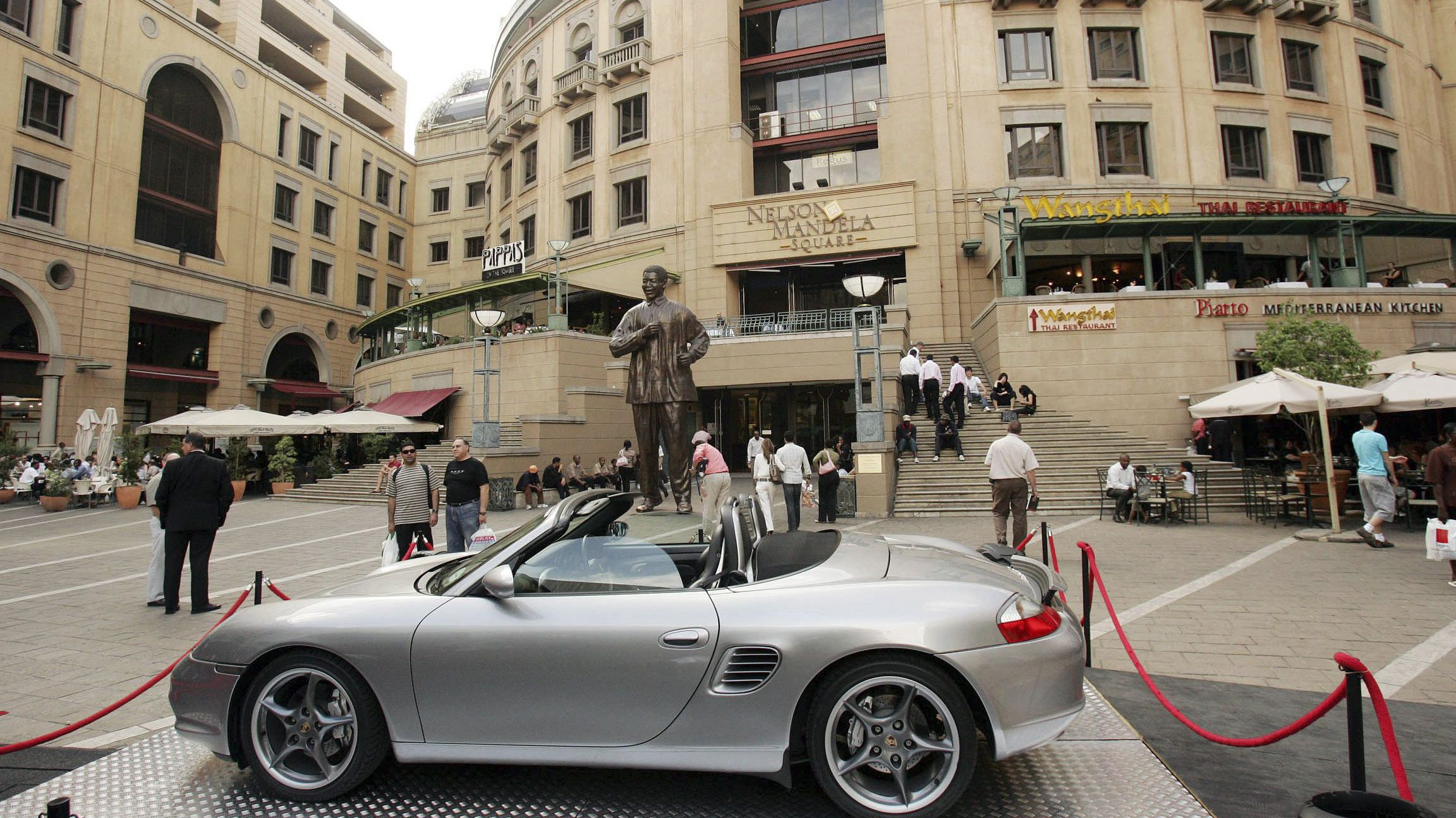 A luxury car is displayed in Johannesburg's Nelson Mandela Square October 28, 2006. Shopping seems to be the major pastime for well-off whites and blacks, fuelling a retail boom which the central bank admits it is struggling to choke, despite rising inflation.     REUTERS/Siphiwe Sibeko (SOUTH AFRICA) - RTR1ISDZ