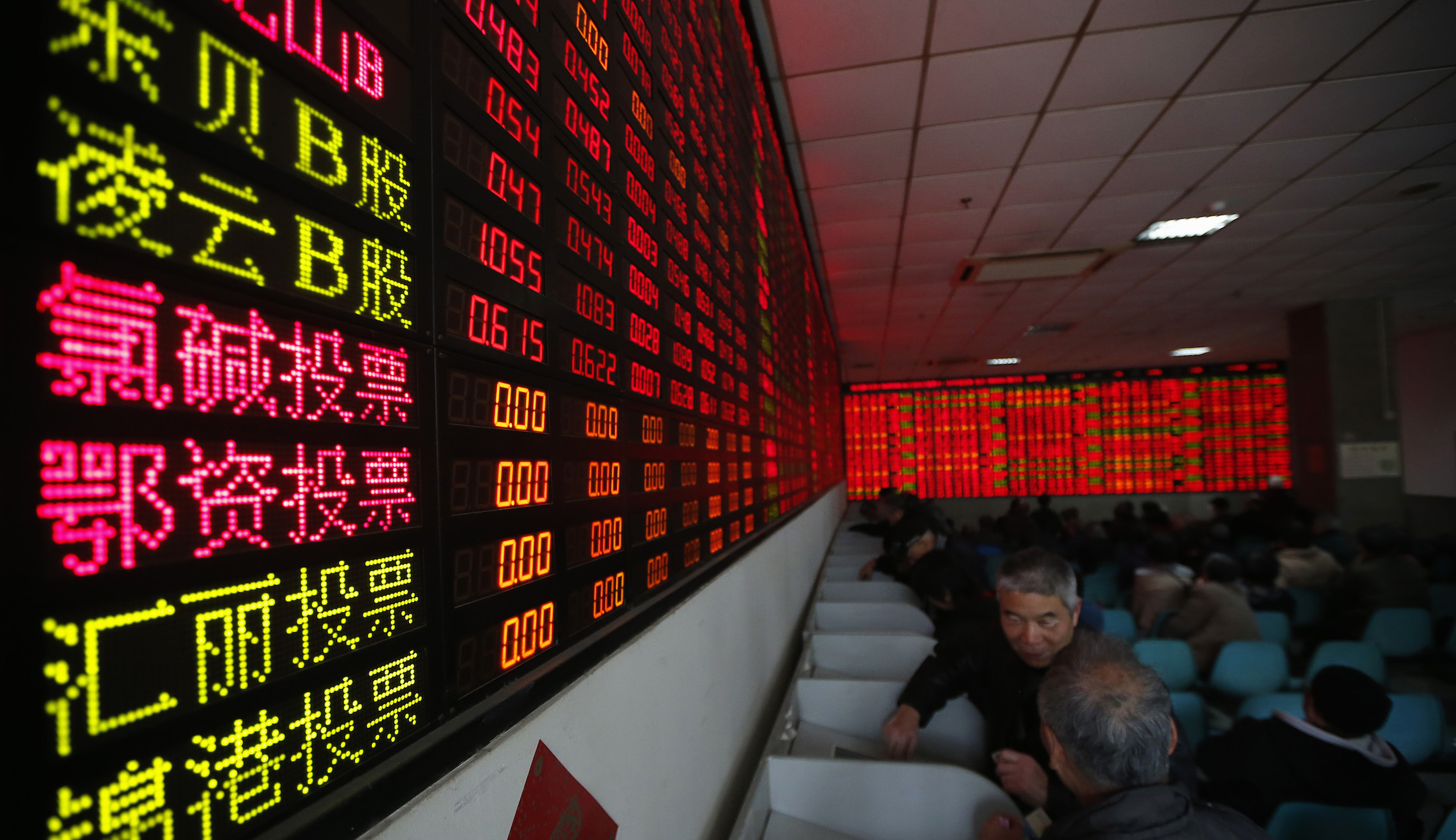 Investors look at computer screens showing stock information at a brokerage house in Shanghai January 5, 2015. China stocks surged to their highest close in five years on Monday, led upward by property and energy shares. REUTERS/Aly Song (CHINA - Tags: BUSINESS) - RTR4K2DR