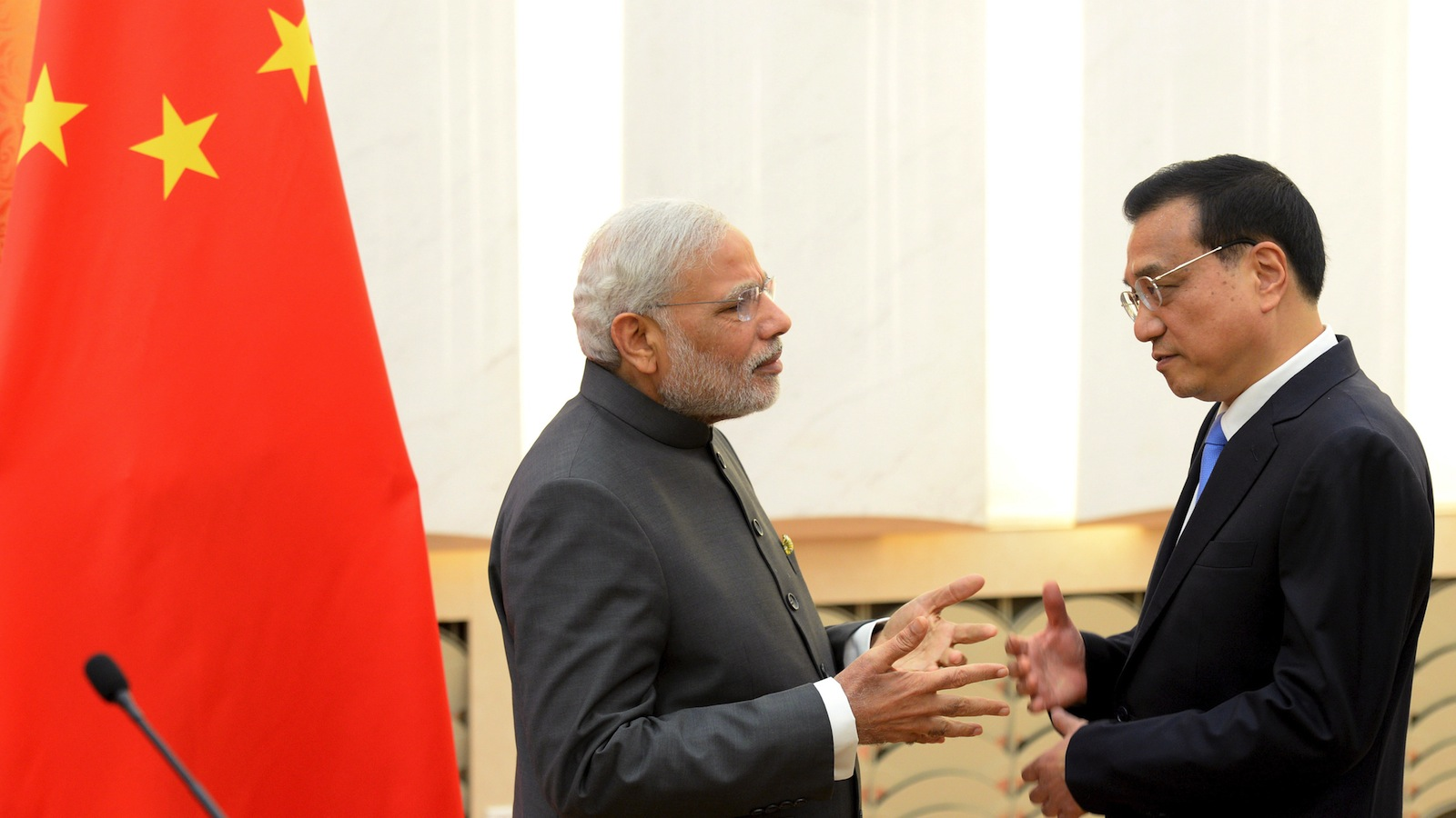 Indian Prime Minister Narendra Modi (L) talks with Chinese Premier Li Keqiang after a news conference at the Great Hall of the People in Beijing, China, on May 15, 2015.