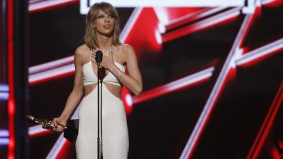 """Taylor Swift accepts the award for Top Billboard 200 Album for """"1989"""" at the 2015 Billboard Music Awards in Las Vegas, Nevada May 17, 2015."""