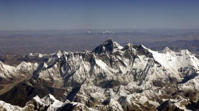 Mount Everest, the highest peak in the world, with an altitude of 8,848 meters (29,028 feet), is seen in this aerial view taken from a passenger aircraft flying over Nepal at a height of 9,144 meters (30,000 feet), November 9, 2008. Everest is part of the Himalayan mountain range along the border of Nepal and Tibet. In background is the Tibetan Plateau. Picture taken November 9, 2008. REUTERS/Desmond Boylan (NEPAL) - RTXAG2Q