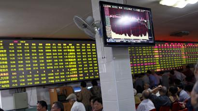 Investors sit in front of an electronic board showing stock information at a brokerage house in Shanghai, May 28, 2015. China stocks slumped on Thursday, posting their biggest fall in four months, after several major brokerages tightened requirements on margin financing, triggering fears of further measures by regulators to reduce leverage in the red-hot market. REUTERS/Aly Song
