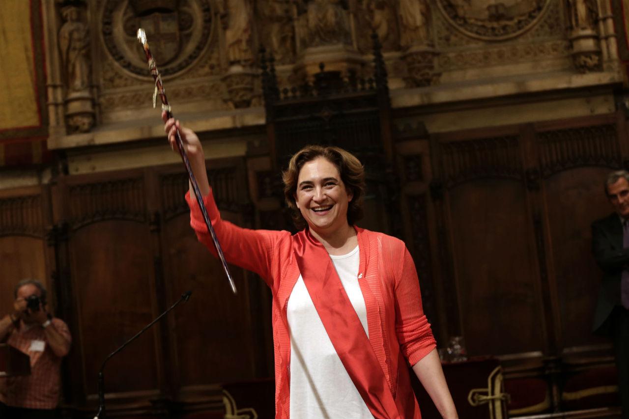 Ada Colau raises the mayor baton