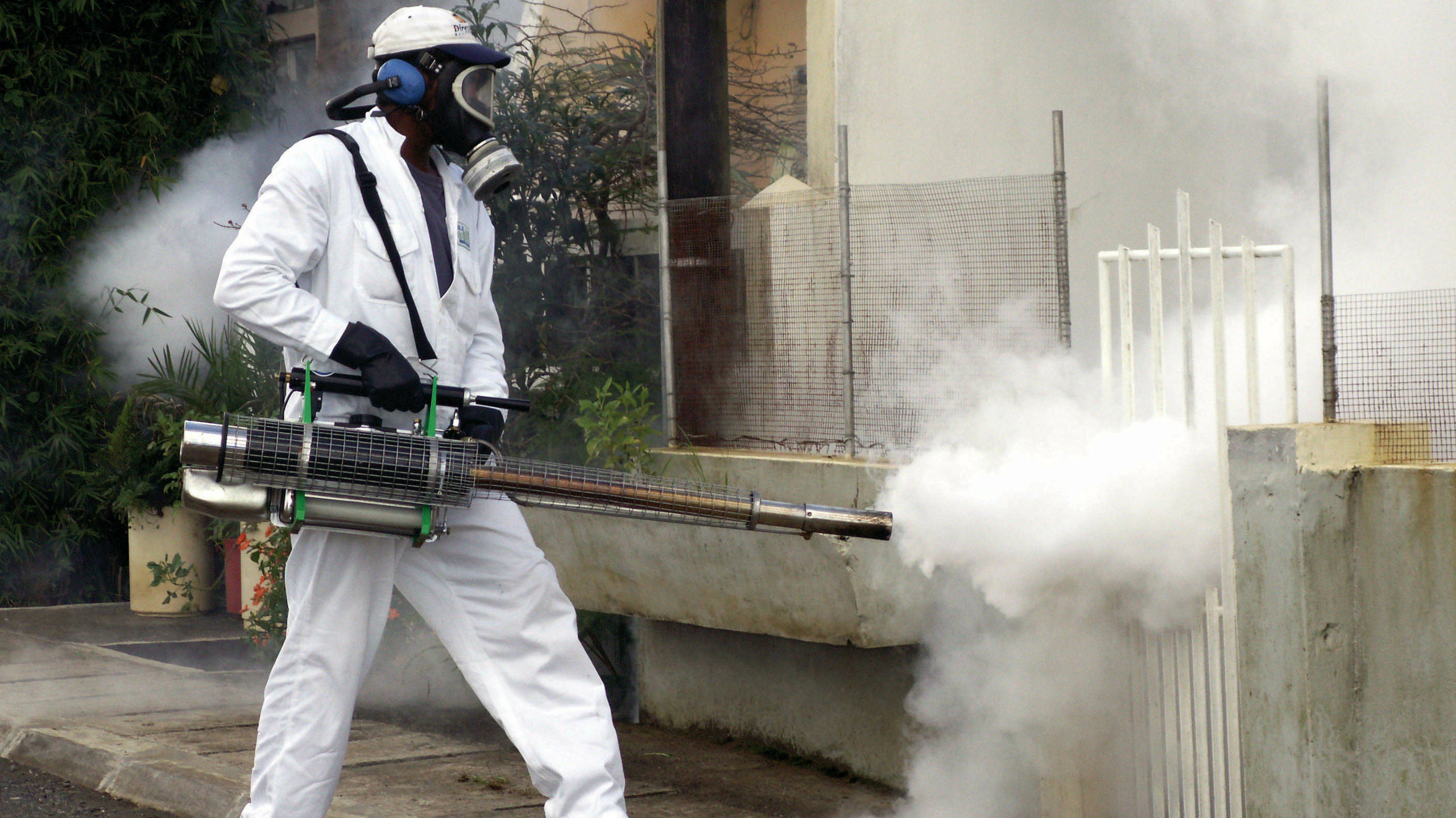 DATE IMPORTED:March 17, 2006-PHOTO TAKEN 16MAR06- A worker from the Ministry of Health sprays insecticide around homes in a bid to stem an outbreak of the crippling mosquito-borne virus, Chikungunya in Port Louis, Mauritius March 16, 2006. Chikungunya fever has infected more than 180,000 people, mostly in [Reunion but also in Mauritius, Seychelles, Mayotte and Madagascar], all located off the southeast coast of Africa. Picture taken on March 16, 2006.