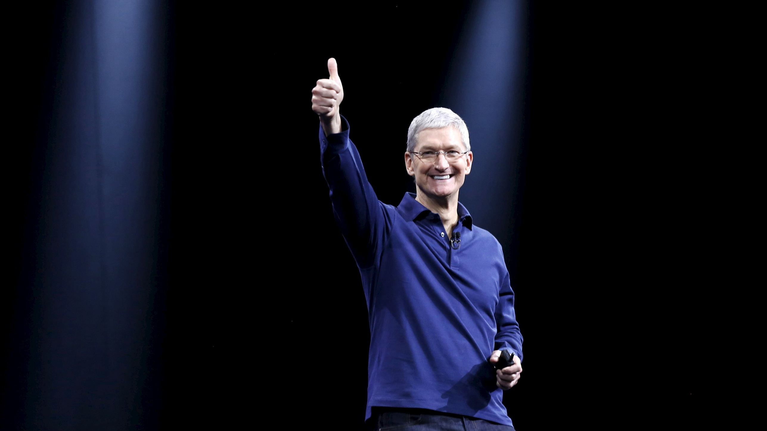 Apple CEO Tim Cook delivers his keynote address at the Worldwide Developers Conference in San Francisco, California June 8, 2015. REUTERS/Robert Galbraith - RTX1FONL