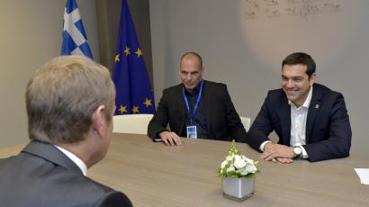 Greek Prime Minister Alexis Tsipras (R) and Finance Minister Yanis Varoufakis (C) are welcomed by European Council President Donald Tusk ahead of a meeting during a Eurozone emergency summit on Greece in Brussels, Belgium June 22, 2015.