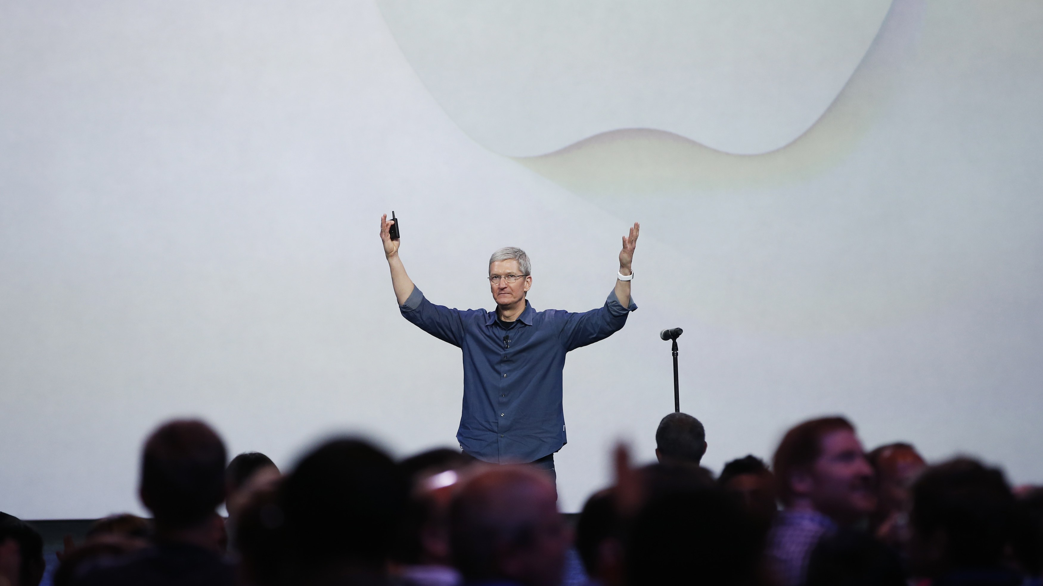 Apple CEO Tim Cook greets the audience during an Apple event announcing the iPhone 6 and the Apple Watch at the Flint Center in Cupertino, California, September 9, 2014. REUTERS/Stephen Lam (United States - Tags: SCIENCE TECHNOLOGY BUSINESS)