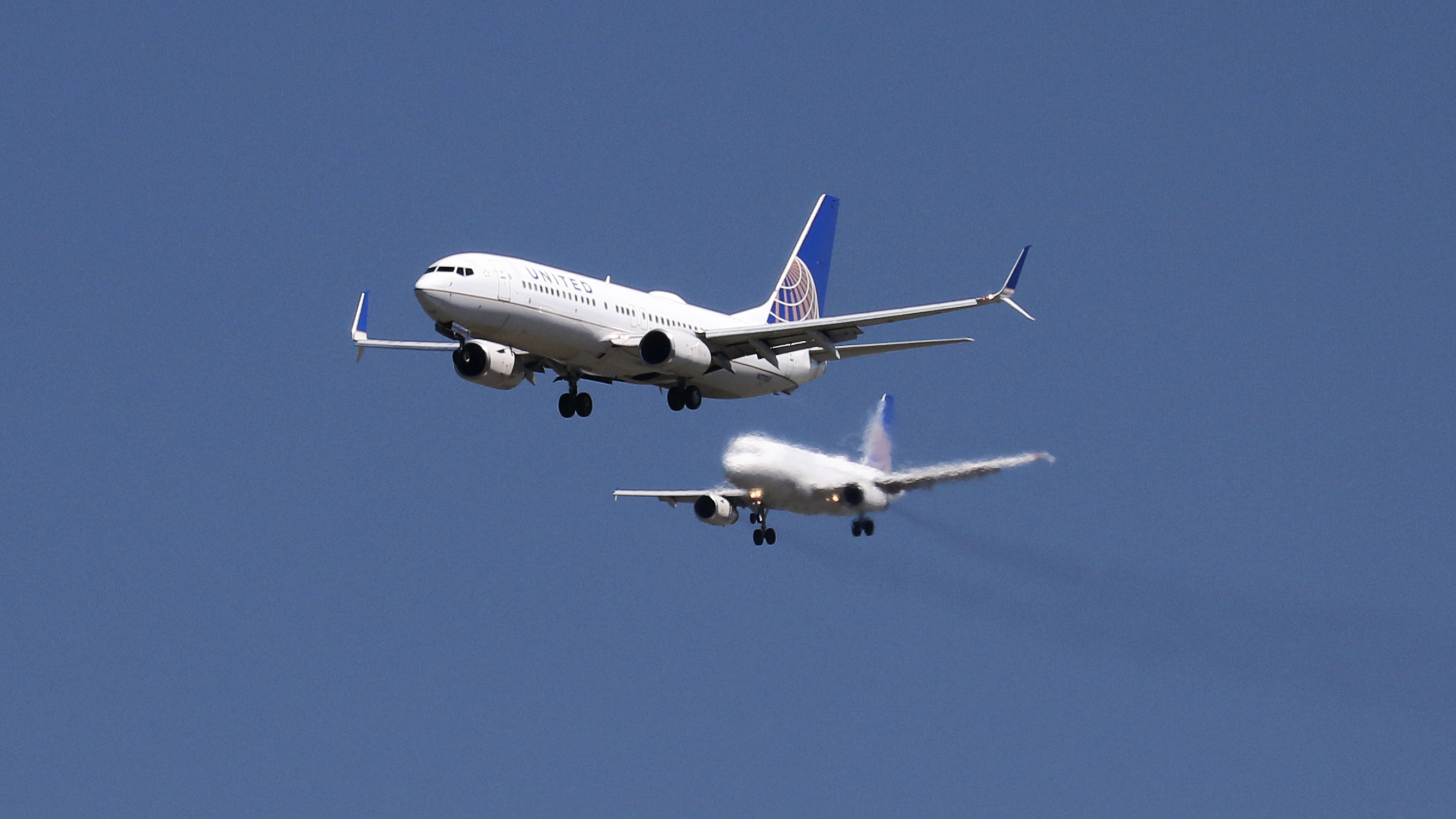 A United Airlines Boeing 737-800 and United Airlines A320 Airbus on seen approach to San Francisco International Airport, San Francisco, California, April 14, 2015.