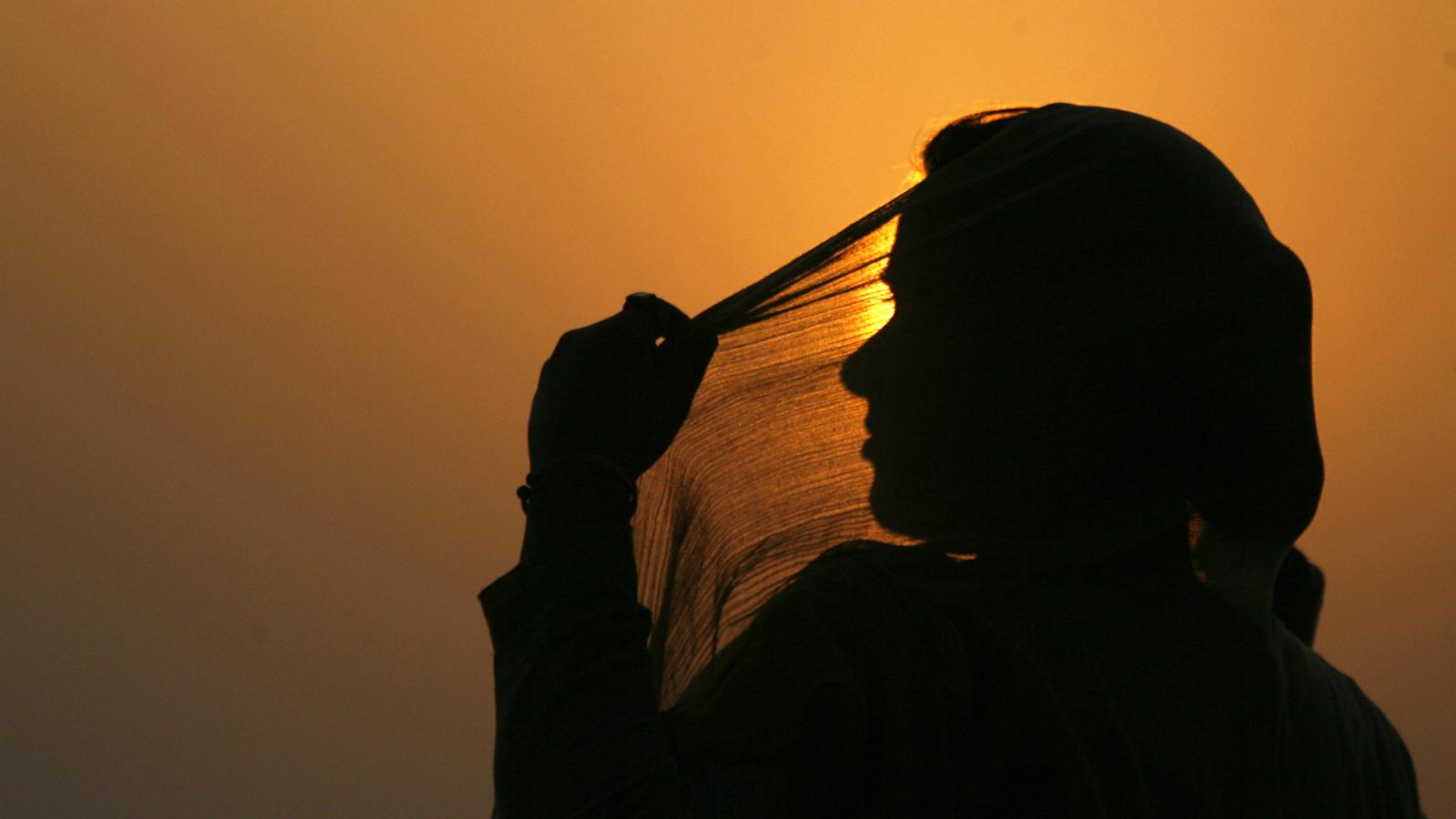 India-women-shadows