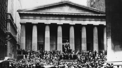 Wall Stree in trading panic - Crewds stand on the top of the Sub Treasury Building across the street from the New York Stock Exchange when collapse of the market was reportet due to heavy trading, Oct. 24, 1929. (AP-Photo