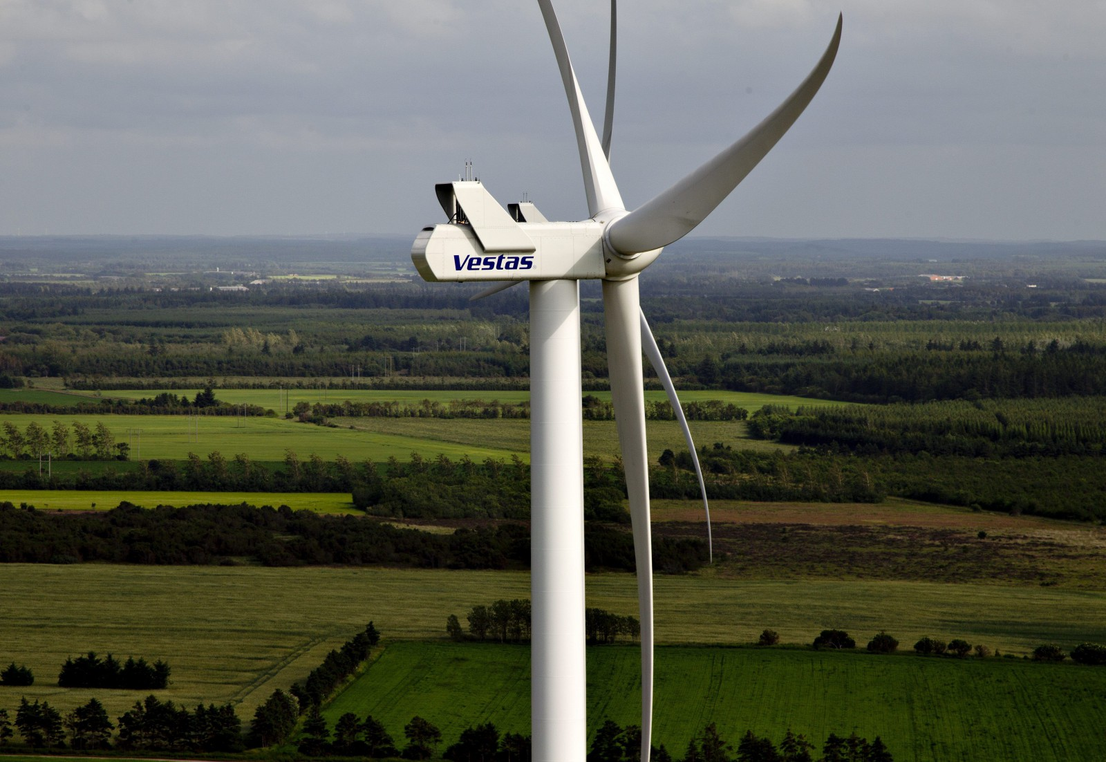 epa03367024 (FILES) A file picture taken in 2012 shows a Vestas windmill in Jutland. The world leading wind turbine company announced on 22 August 2012 that it is to cut another 1,400 jobs by the end of the year, bringing the number of employees down to 19,000 worldwide.  EPA/MORTEN STRICKER DENMARK OUT