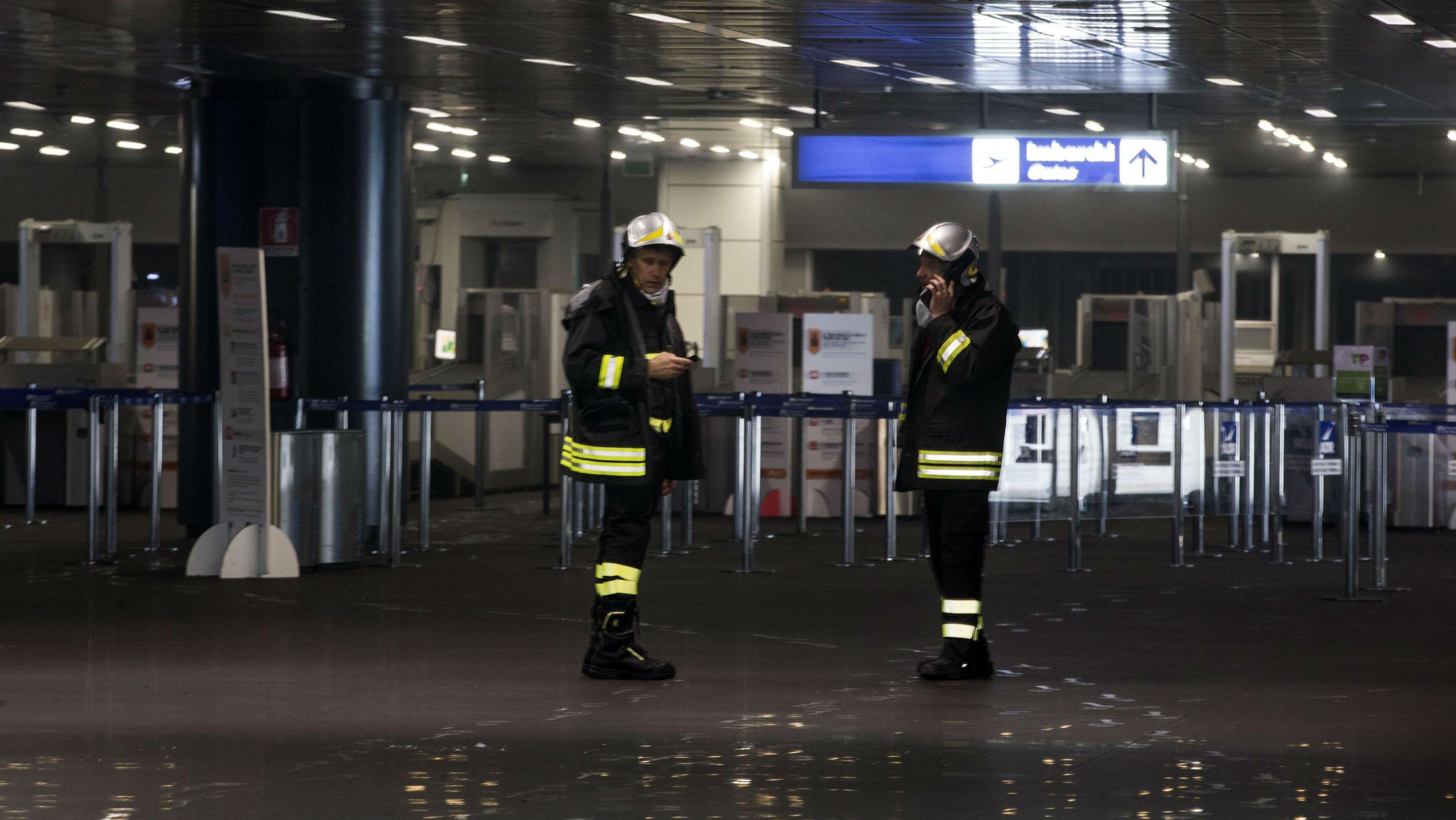 epa04736270 Fireman at work after the fire at the Leonardo Da Vinci's airport in Fiumicino, Rome, Italy, 07 May 2015. A fire broke out around midnight in the third terminal of the international airport Leonardo da Vinci. The domestic terminal was evacuated and firefighters are still working to extinguish the flames. EPA/MASSIMO PERCOSSI