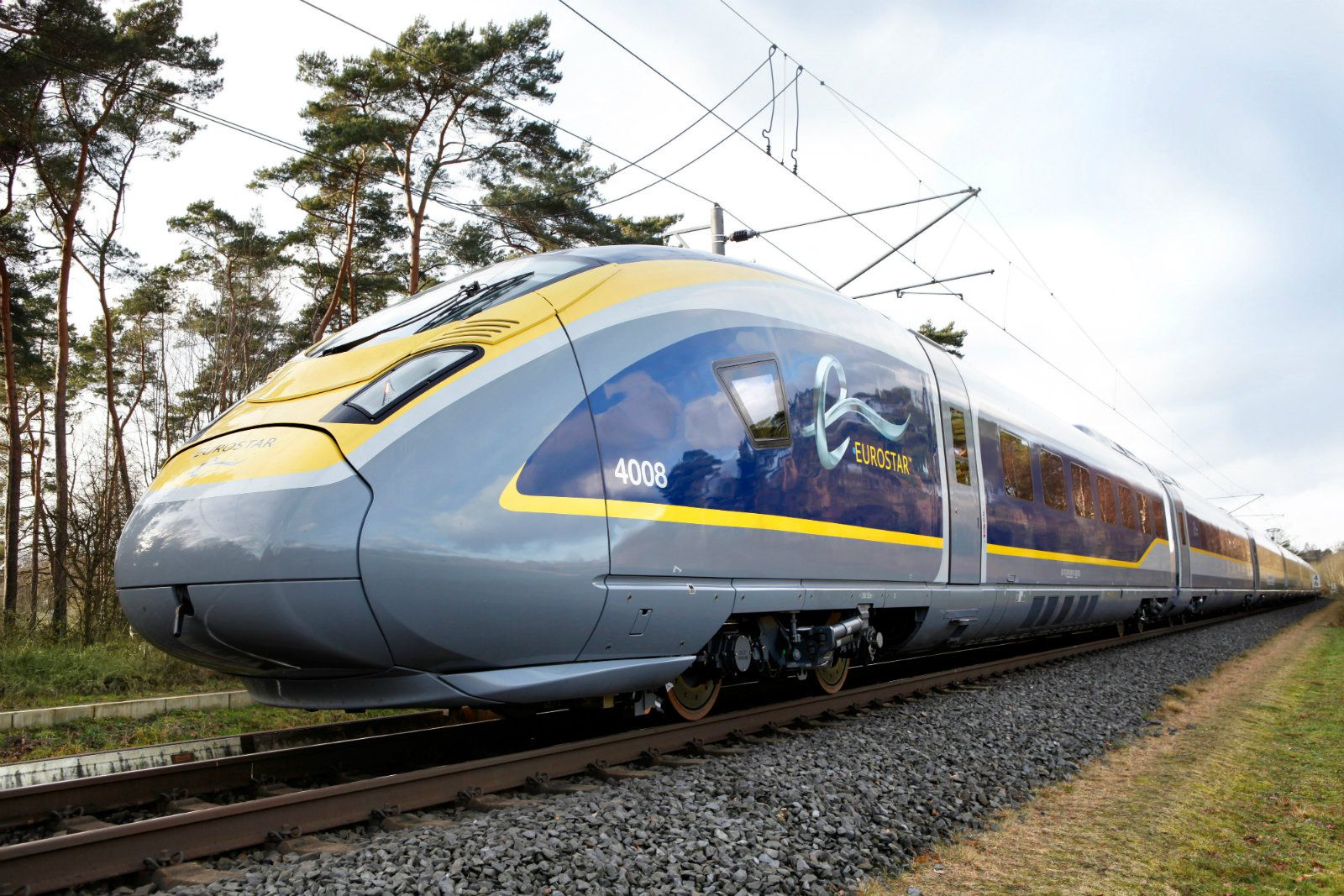 Rated at 16,000 kW, the Eurostar e320 (Class 374) reaches a top speed of 320 km/h. Carrying 900 passengers, the e320 boosts capacity per train by 20 percent compared to predecessor models.