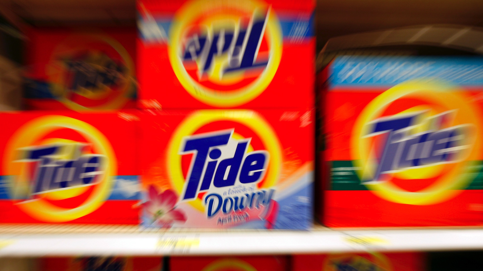 Boxes of Tide detergent, a Procter & Gamble product, sit on a shelf at a store in Alexandria, May 28, 2009. Procter & Gamble forecast fiscal 2010 earnings way below Wall Street estimates, as it invests in international markets and new products, but its shares fell only slightly as analysts said the investments were needed for future growth. REUTERS/Molly Riley (UNITED STATES BUSINESS)