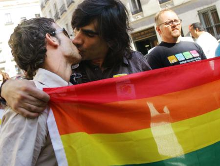 Gay rights activists kiss outside Spain's parliament in Madrid June 30, 2005. Spain legalised same-sex marriages on Thursday, becoming only the fourth country to do so after Belgium, Canada and the Netherlands and overriding fierce opposition from the Catholic Church. REUTERS/Susana Vera SV/CCK - RTRFYO0