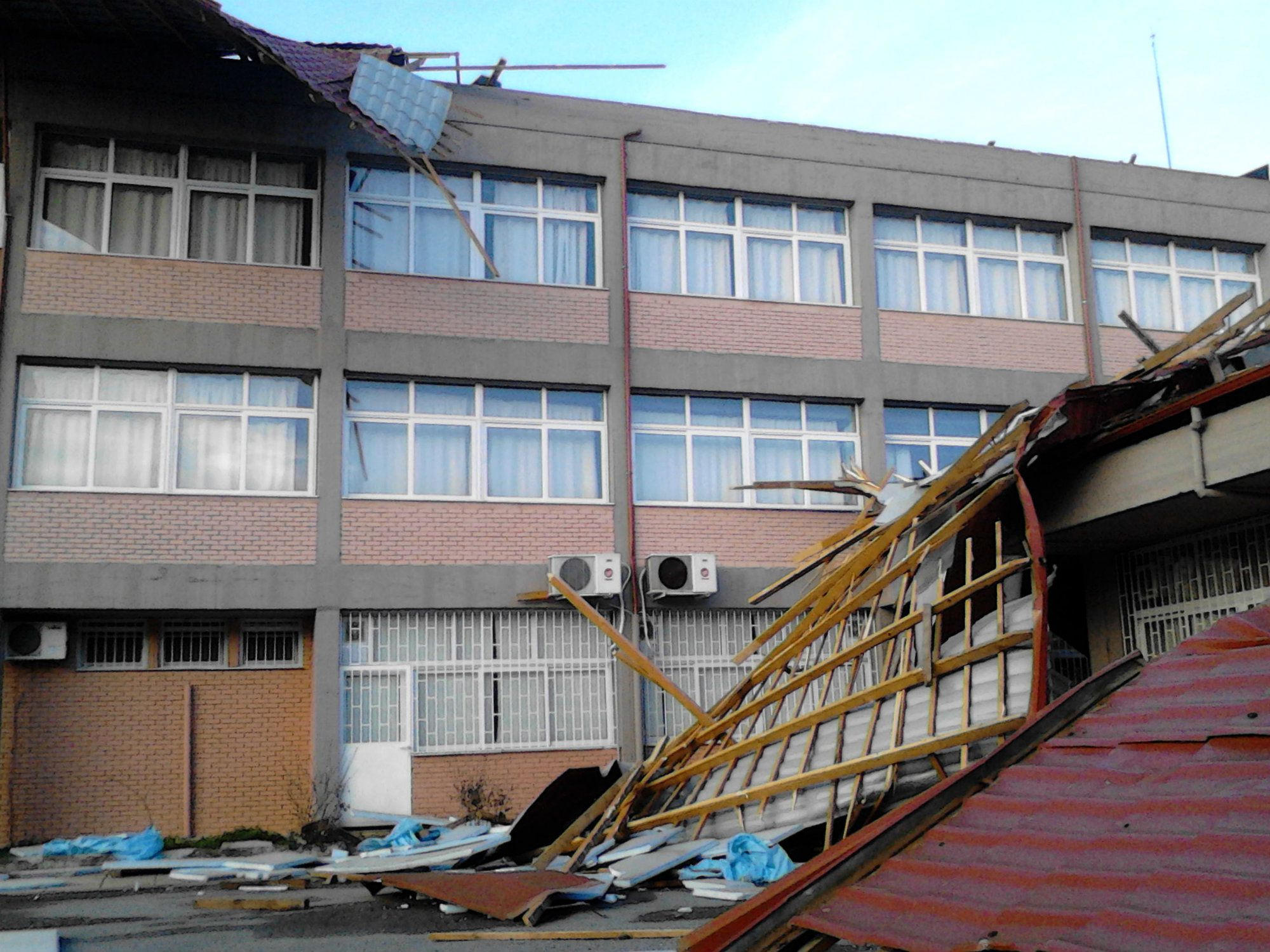 During the winter, a collapsed roof at a high school in Imathia led to extensive rain and electrical damage. It has been temporarily repaired, but is still not fully fixed.
