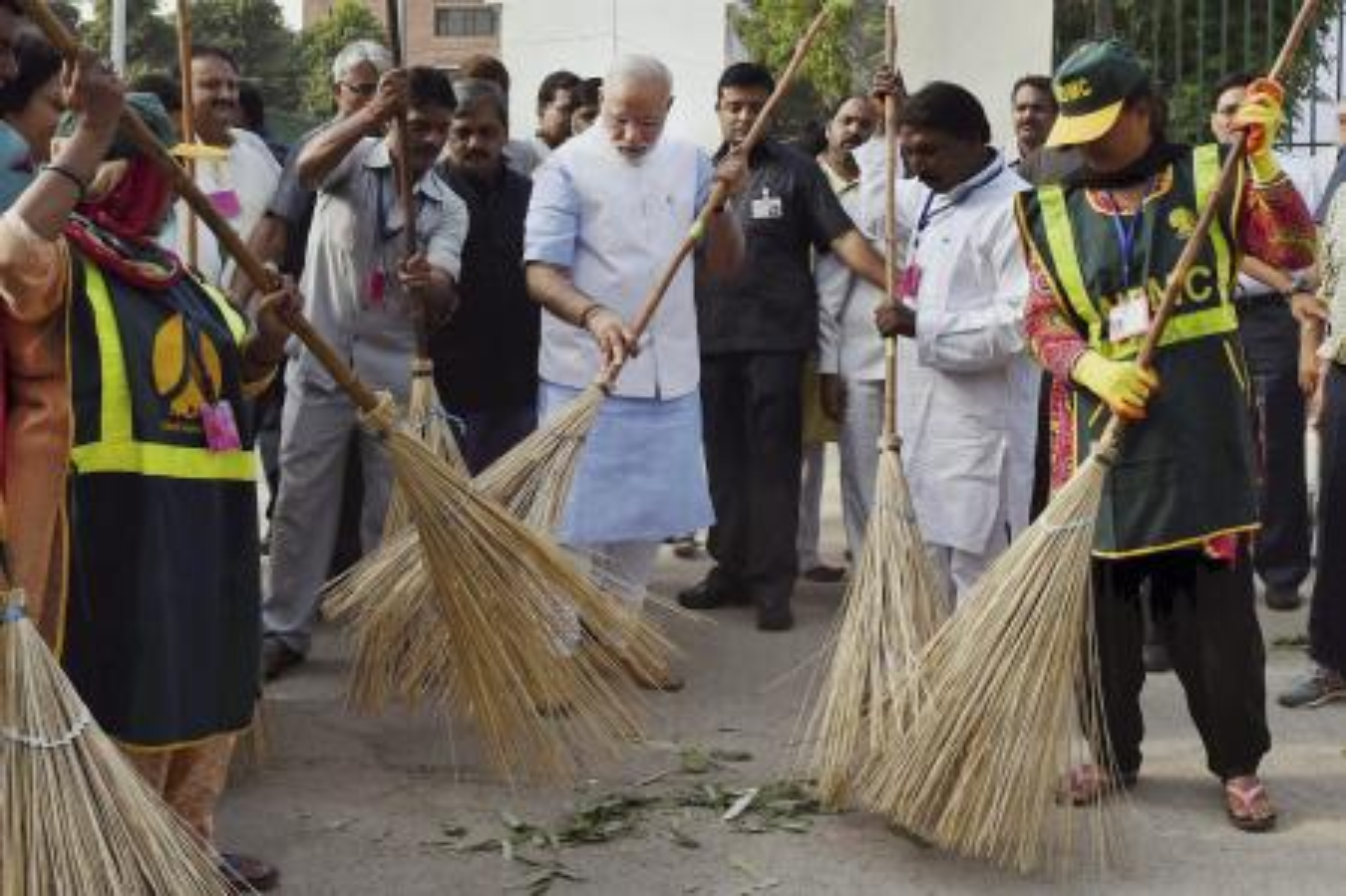 India-modi-broom-clean