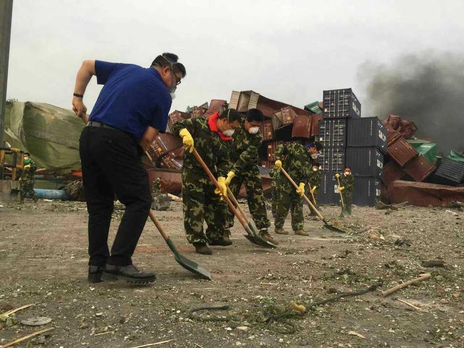 Chen Guangbiao helps in Tianjin rescue