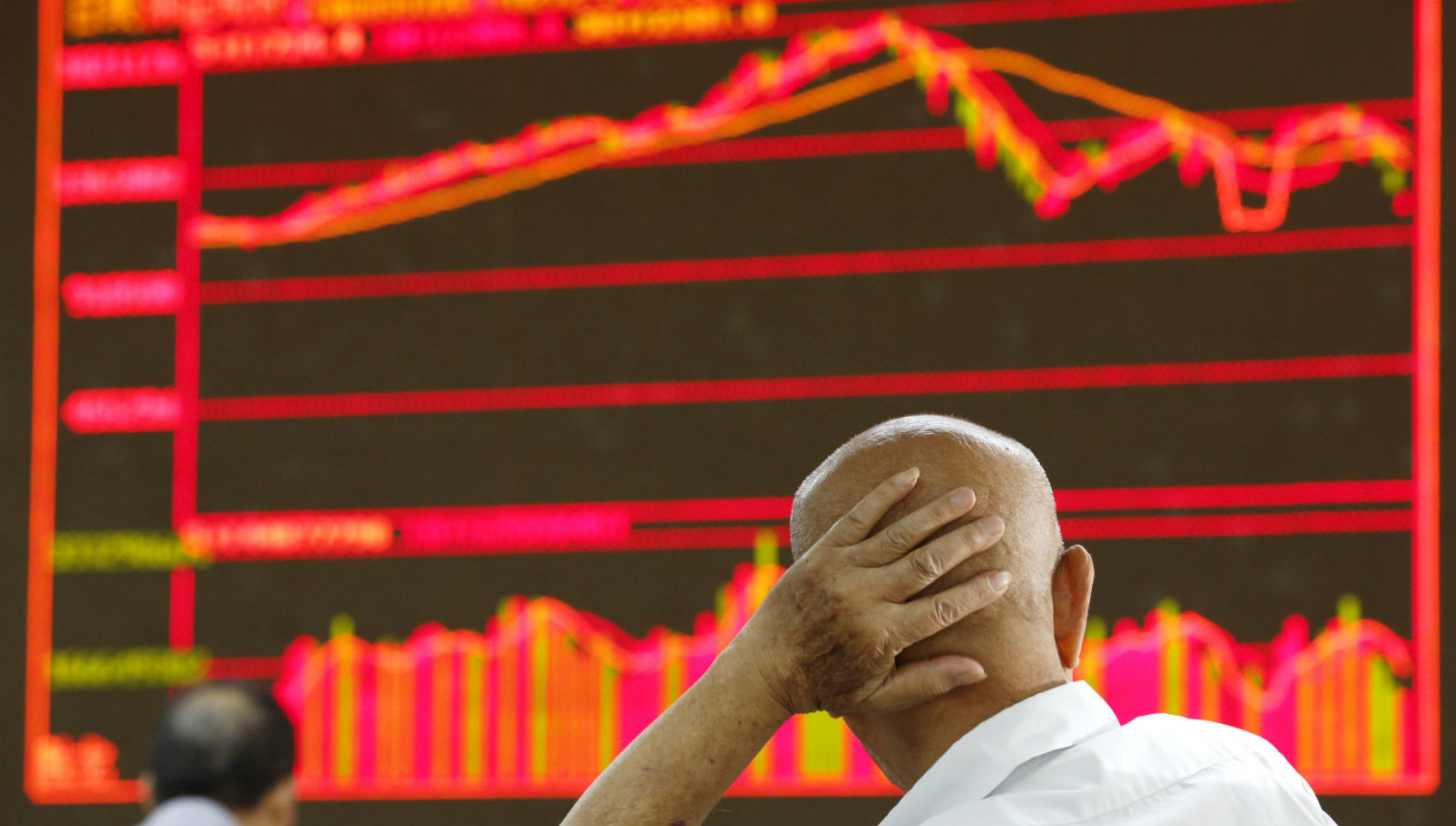 An investor looks at an electronic board showing stock information at a brokerage house in Beijing, China, August 25, 2015. China's major stock indexes sank more than 6 percent in early trade on Tuesday, after a catastrophic Monday that saw Chinese exchanges suffer their biggest losses since the global financial crisis, destabilising financial markets around the world.
