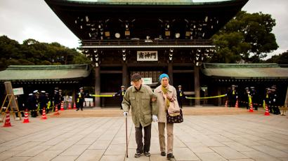 An elderly couple arrives at the Shinto Meiji Shrine to pray on the first day of the new year in Tokyo January 1, 2015.