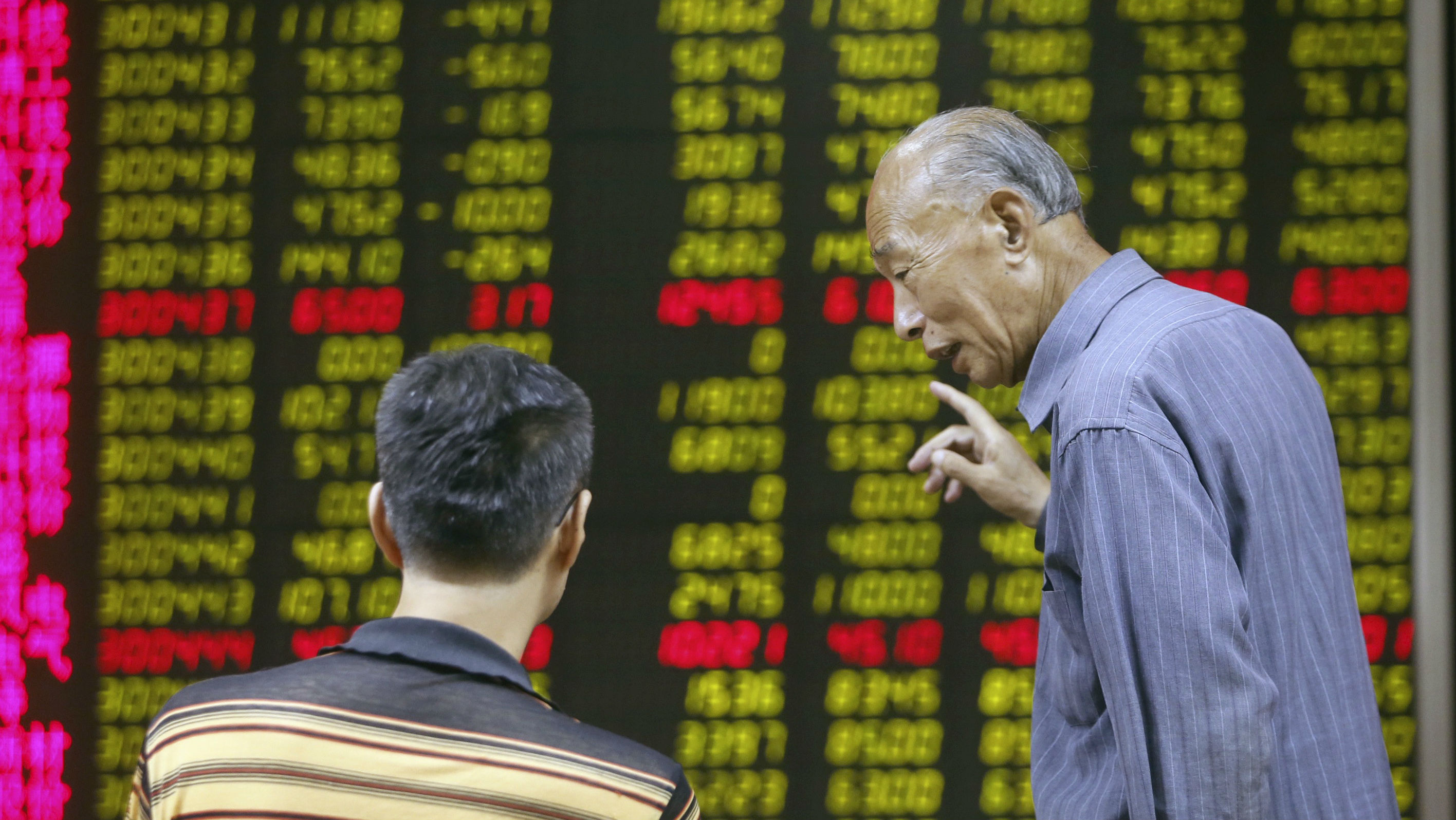 Investors talk in front of an electronic board showing stock information at a brokerage house in Beijing, China, August 21, 2015. China stocks closed down sharply on Friday, posting their worst weekly performance in over a month. REUTERS/Stringer CHINA OUT. NO COMMERCIAL OR EDITORIAL SALES IN CHINA