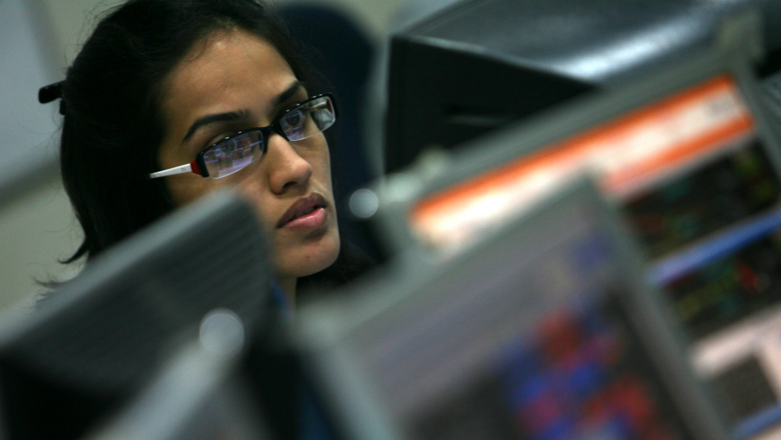 A broker looks at a computer screen at a stock brokerage firm in Mumbai July 6, 2009. Indian shares fell more than 5 percent on Monday and the rupee dropped to its lowest in a week as new growth spending announced by the government fueled investor fears about the growing fiscal deficit, sending bond yields sharply higher.