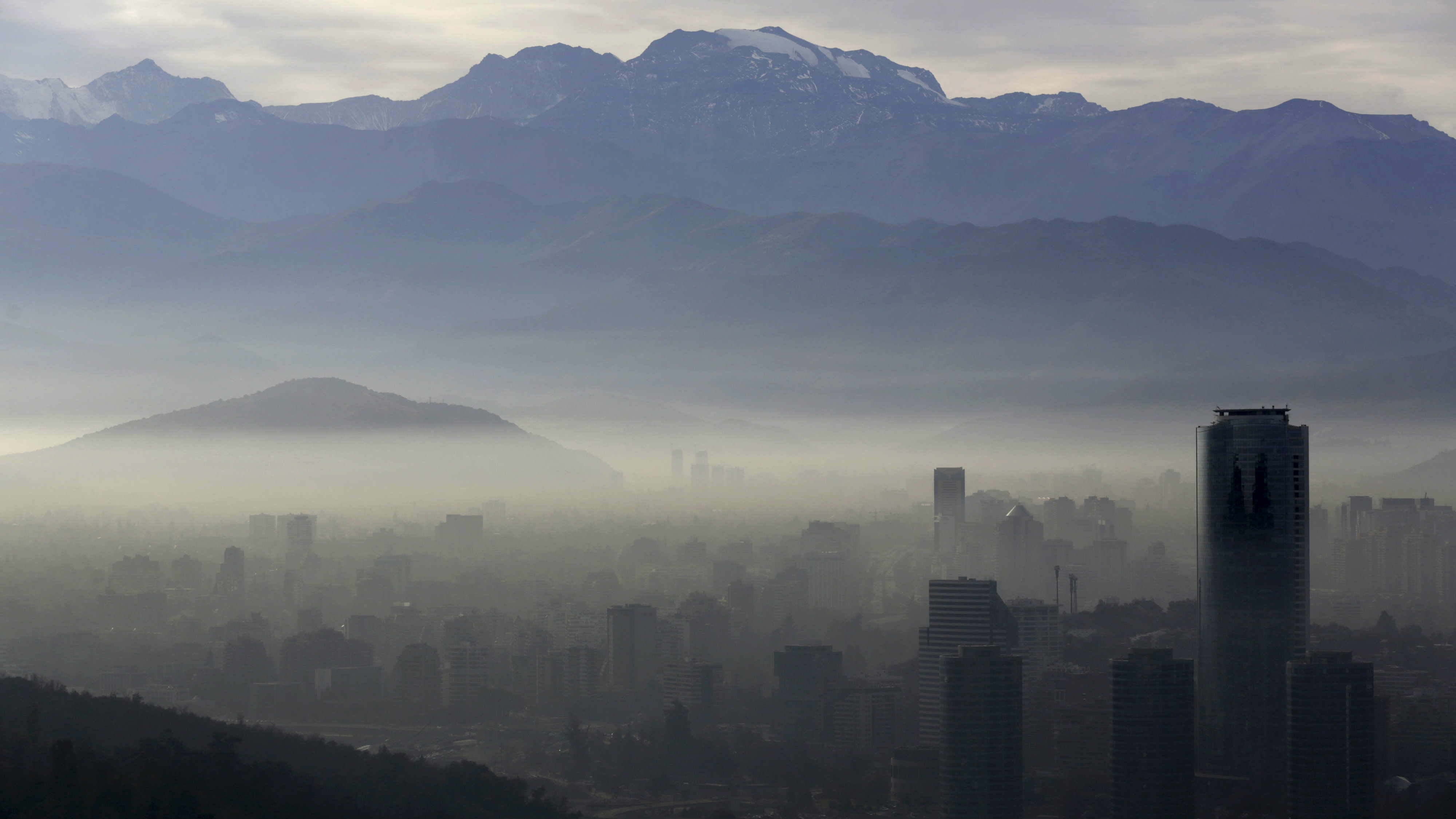 Smog shrouds Chile's capital Santiago, June 22, 2015. Chilean authorities declared an environmental emergency for the Santiago metropolitan region for Monday, forcing more than 900 industries to temporarily shut down and about 40 percent of the capital's 1.7 million cars off the roads. The emergency, the first since 1999, will be in place for 24 hours and can be extended further if authorities deem conditions have not improved.