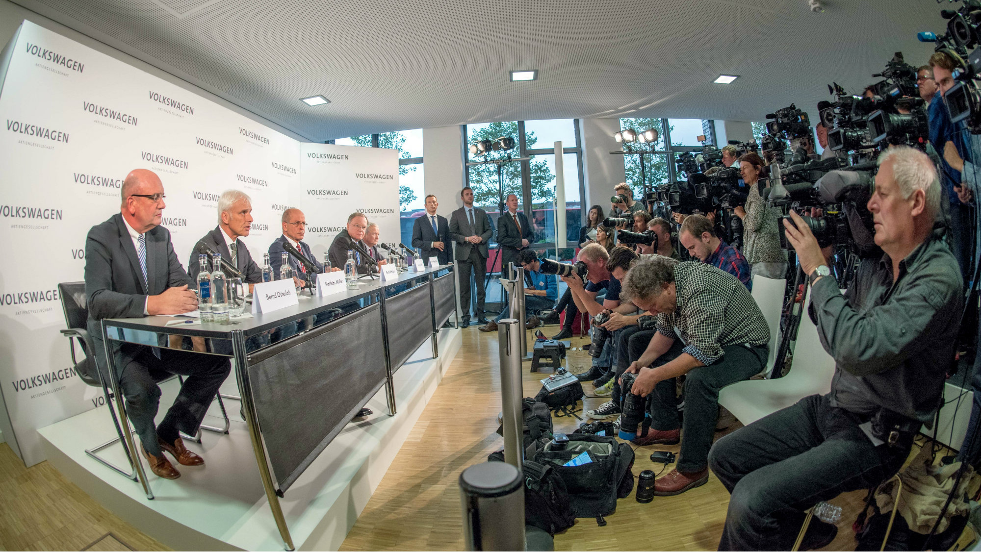 (L-R) Bernd Osterloh, works council chairman at Volkswagen; Matthias Mueller, the new chief executive of Volkswagen AG; Bernd Huber, chairman of the supervisory board; Stephan Weil, minister president of Lower Saxony; and Wolfgang Porsche, member of the supervisory board, attend a press conference at the VW factory in Wolfsburg, Germany, 25 September 2015.