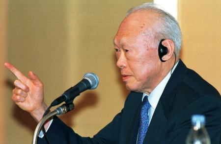 """Singapore's Senior Minister Lee Kuan Yew makes a point as he speaks during a discussion with former Japanese prime minister Kiichi Miyazawa at a symposium on the """"Future of Asia"""" in Tokyo June 5, 1998"""