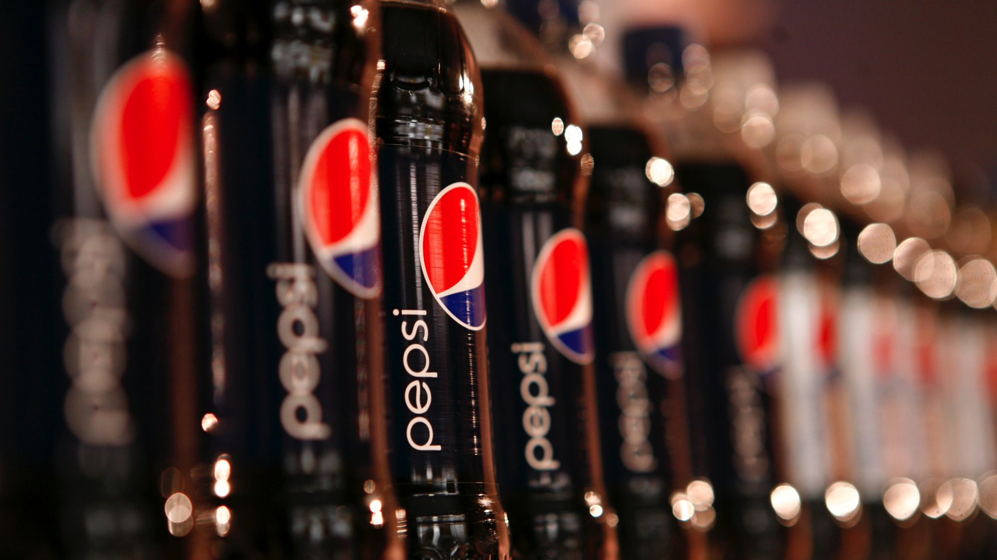 Bottles of Pepsi cola are seen in a display at PepsiCo's 2010 Investor Meeting event in New York, March 22, 2010. REUTERS/Mike Segar (UNITED STATES - Tags: BUSINESS)