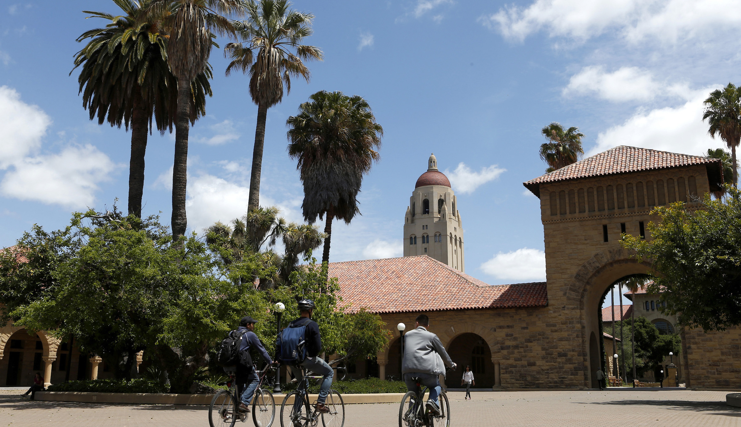 Cyclists traverse the main quad on Stanford University's campus in Stanford, California May 9, 2014. Picture taken May 9, 2014. To match Special Report USA-STARTUPS/STANFORD       REUTERS/Beck Diefenbach (UNITED STATES  - Tags: EDUCATION BUSINESS SCIENCE TECHNOLOGY) - RTR4HHTH