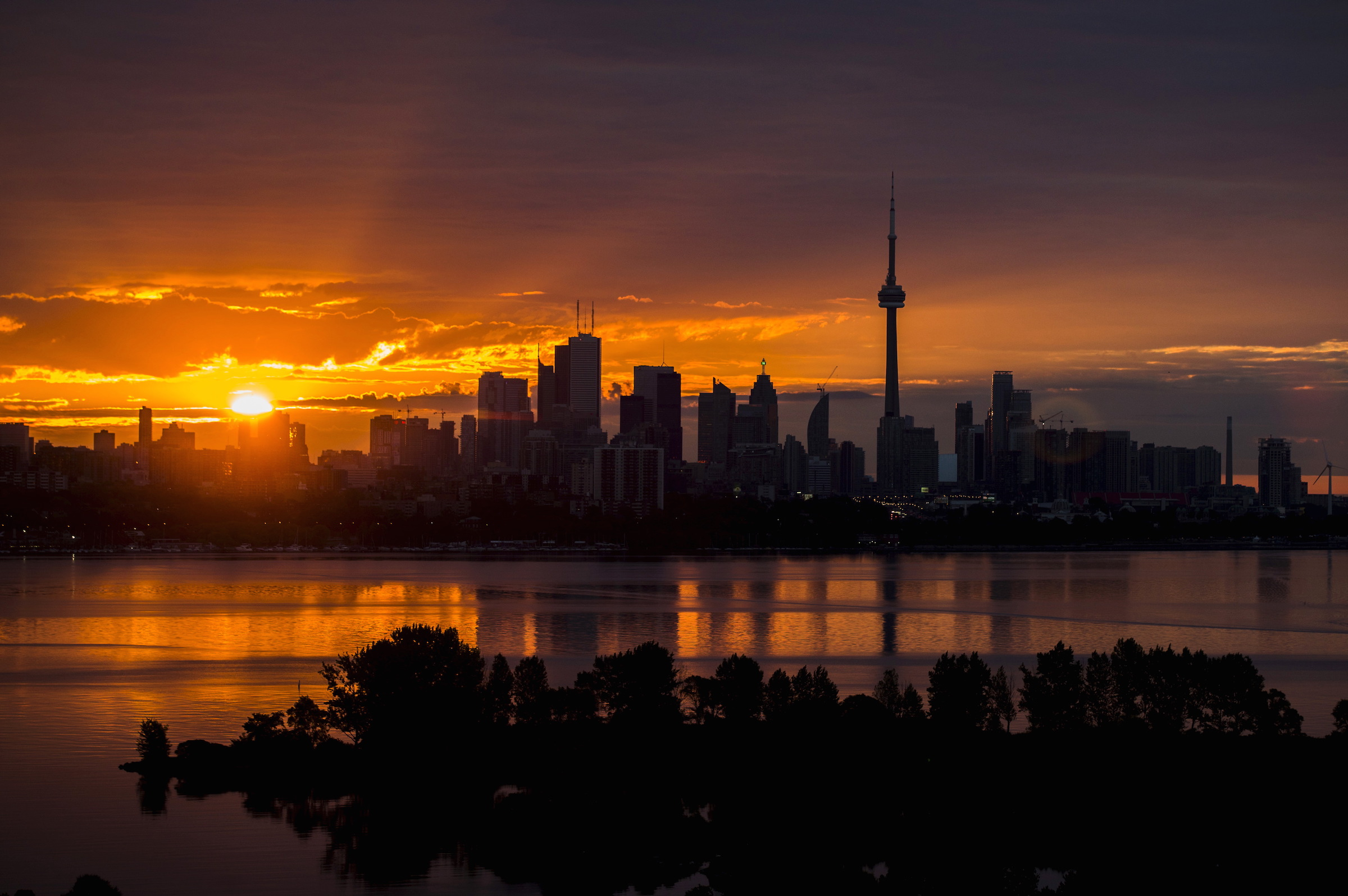 The sun rises over the skyline in Toronto, August 4, 2015. REUTERS/Mark Blinch       TPX IMAGES OF THE DAY - RTX1N0MD