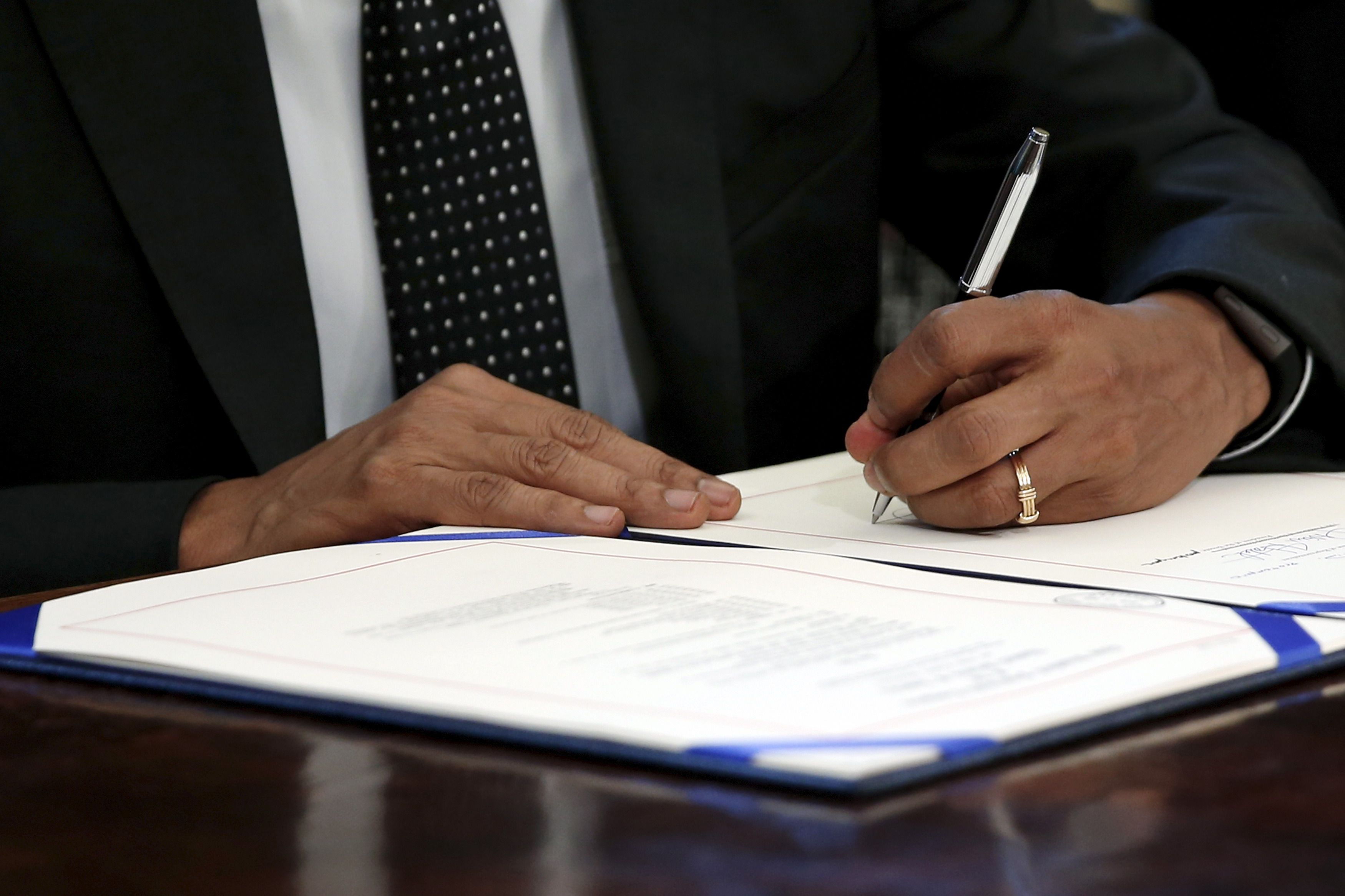 U.S. President Barack Obama signs the Sawtooth National Recreation Area and Jerry Peak Wilderness Additions Act into law at his desk in Oval Office at the White House in Washington August 7, 2015. The law sets aside 275,665 acres (1,116 square km) of Idaho's Boulder-White Clouds Wilderness to be permanently protected from development.  REUTERS/Jonathan Ernst - RTX1NHZW