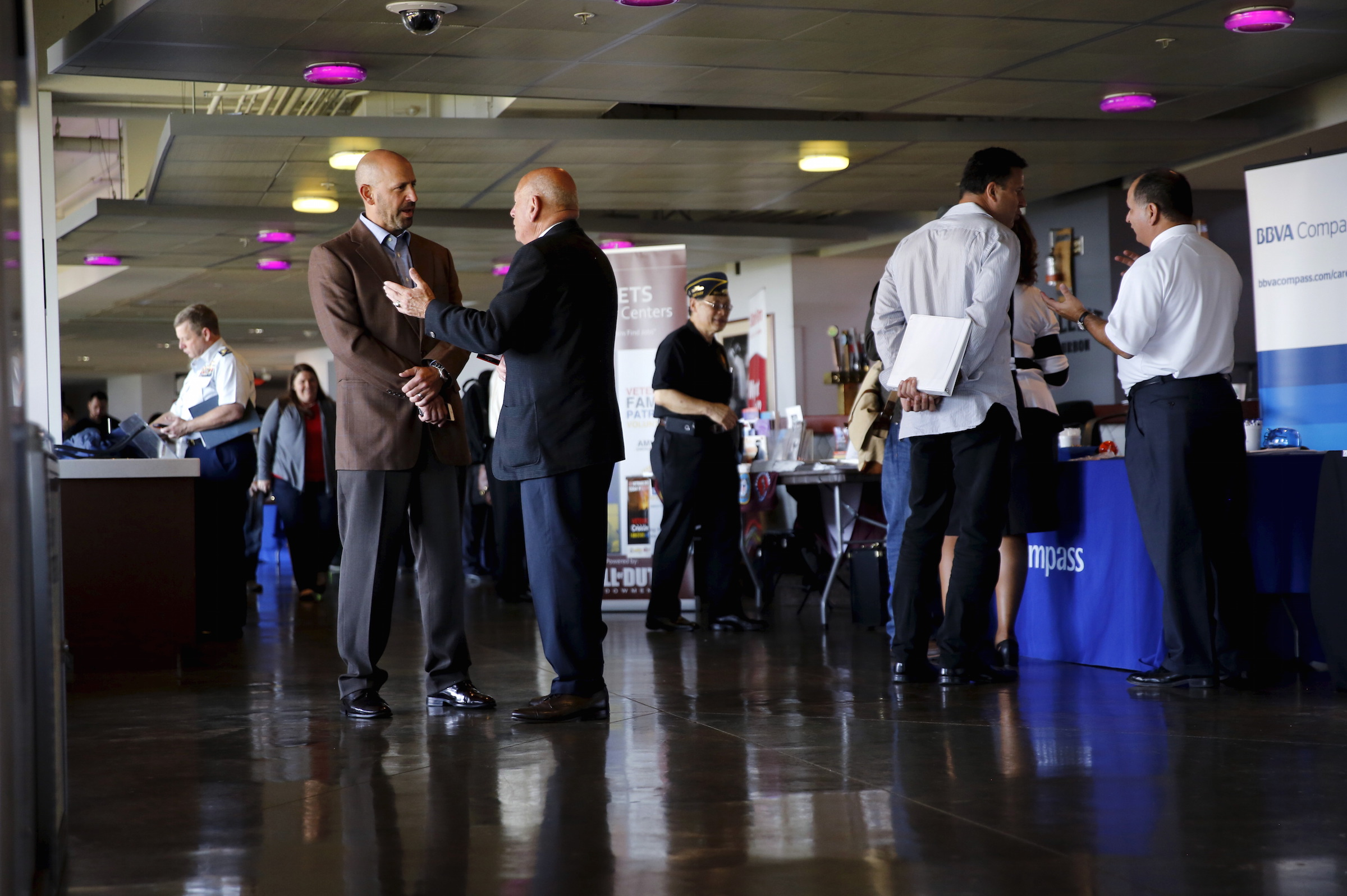 Recruiters and job seekers gather at a military job fair in San Francisco, California August 25, 2015. The employment workshop, held by the U.S. Chamber of Commerce Foundation, attracted hundreds of veterans and 115 companies. REUTERS/Robert Galbraith - RTX1PN84
