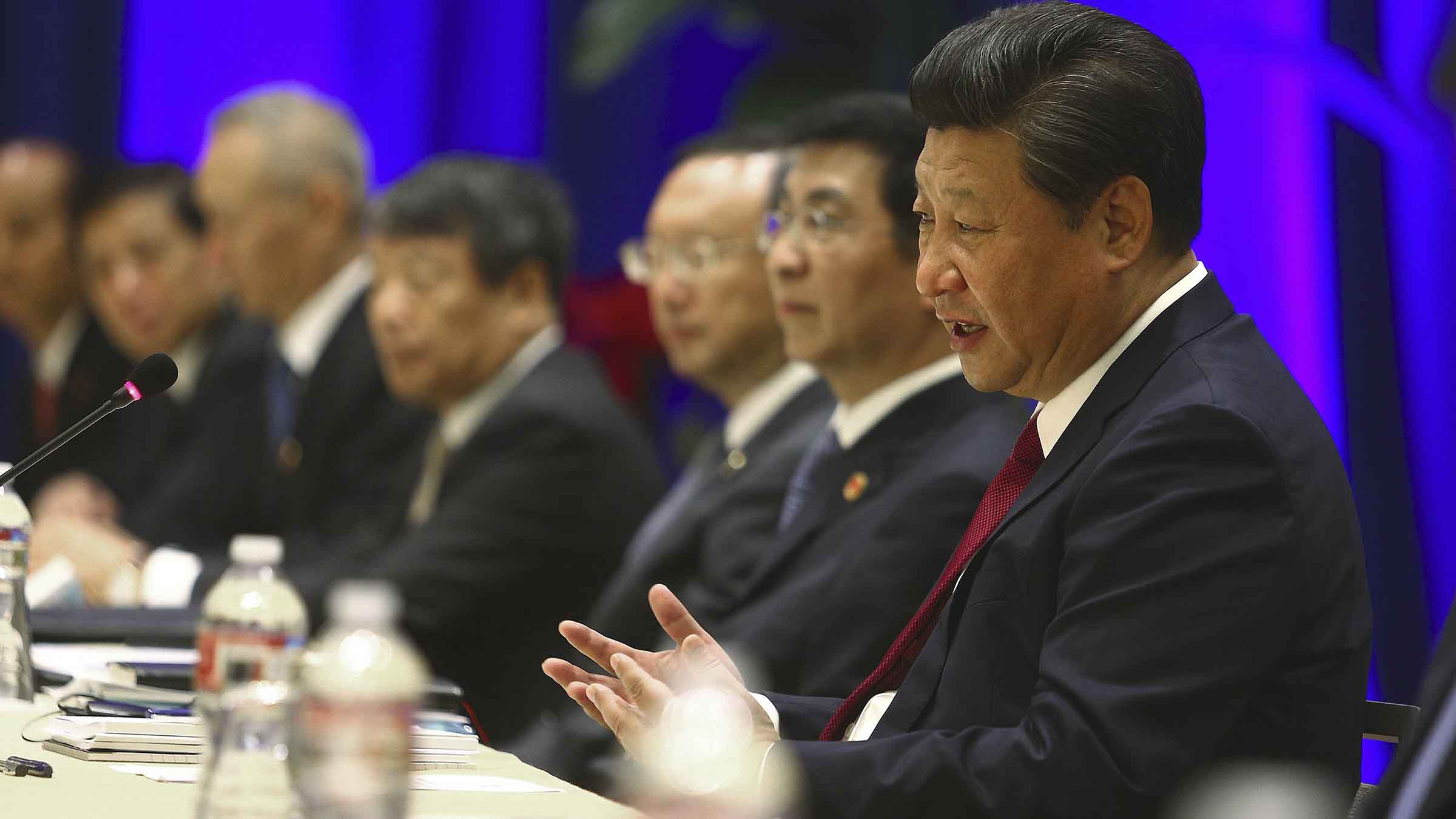 Chinese President Xi Jinping begins talks with a local delegation of officials in Seattle