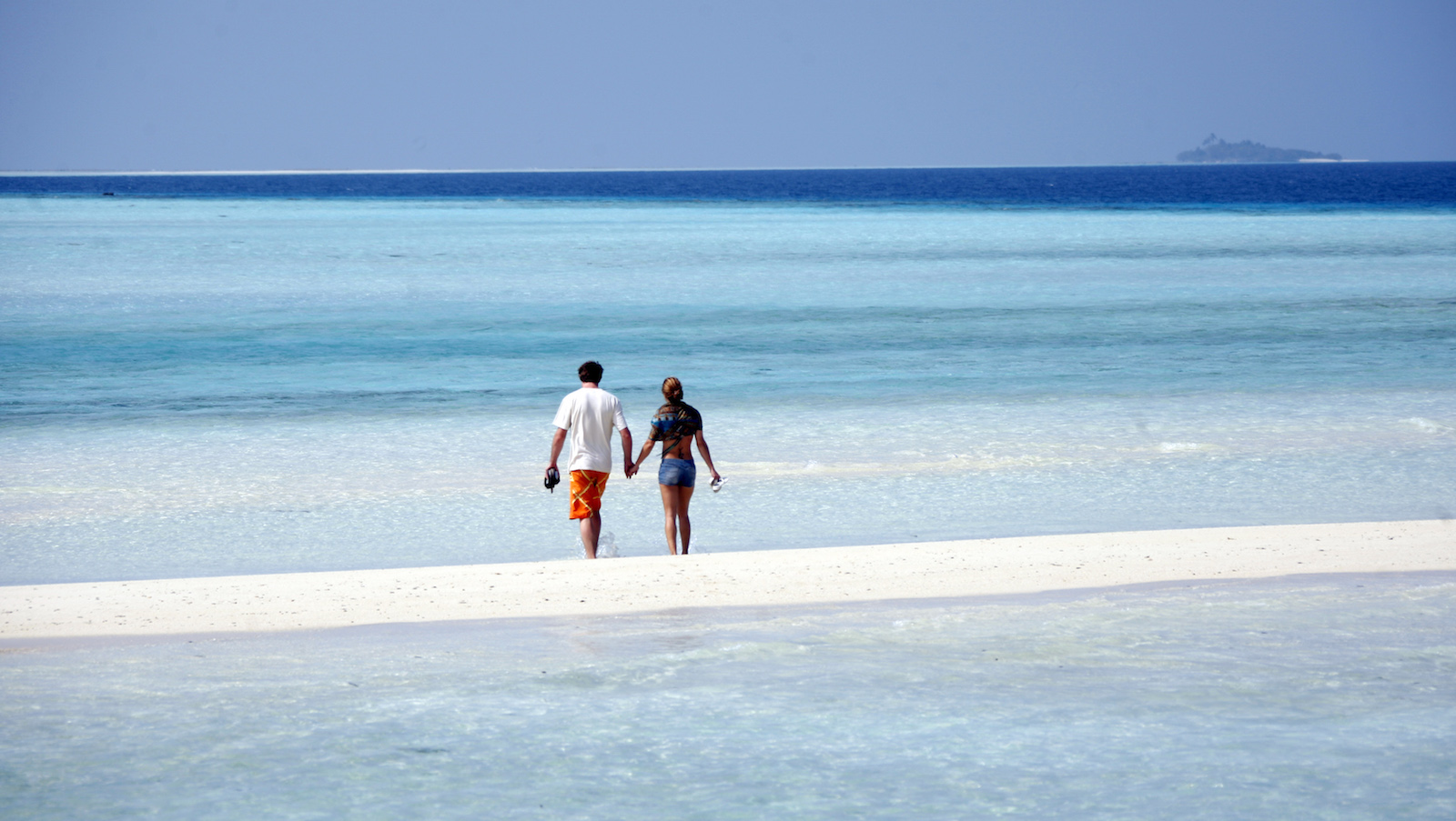 General view shows tourists on the sandy beach of Olhuveli island in Maldives February 15, 2009 .  REUTERS/Charles Platiau  (MALDIVES) - RTXCCET