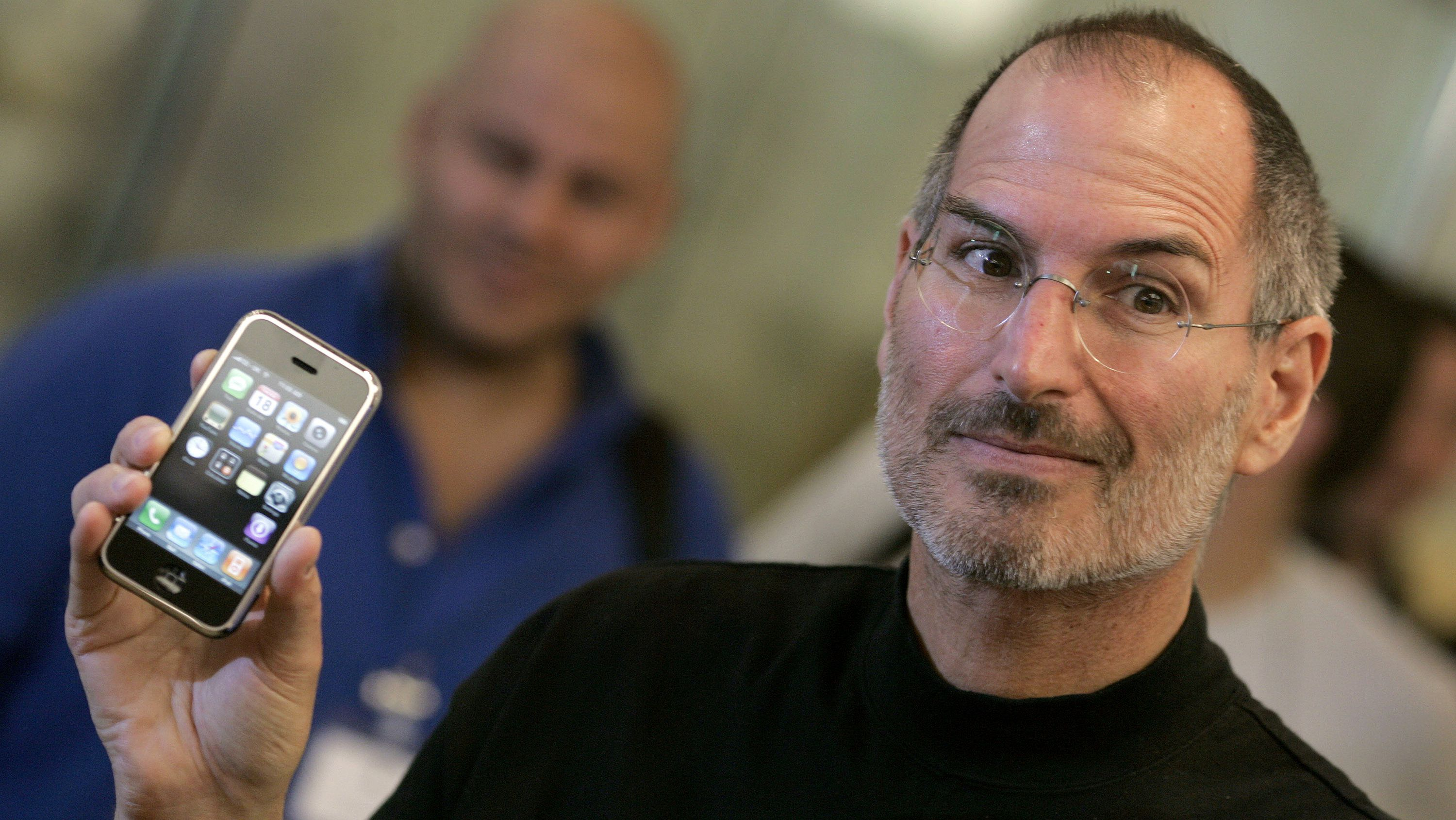 steve-jobs-with-first-iphone