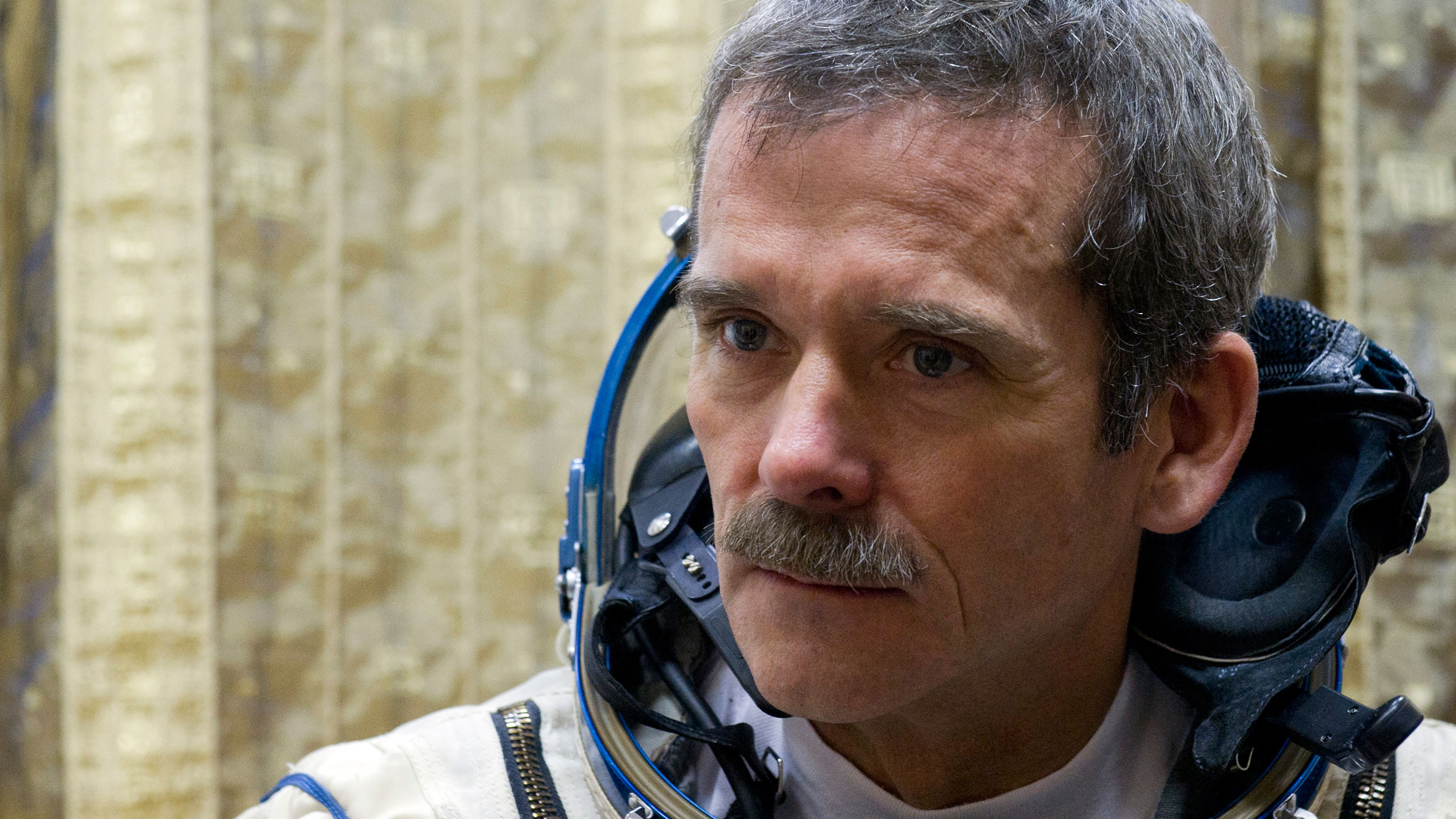Canadian astronaut Chris Hadfield waits in his spacesuit before an exam on a simulator of the International Space Station at the Russian cosmonaut training centre at Star City outside Moscow November 28, 2012. Hadfield is part of a three-man crew scheduled to fly to the International Space Station in December. REUTERS/Sergei Remezov (RUSSIA - Tags: SCIENCE TECHNOLOGY TRANSPORT)