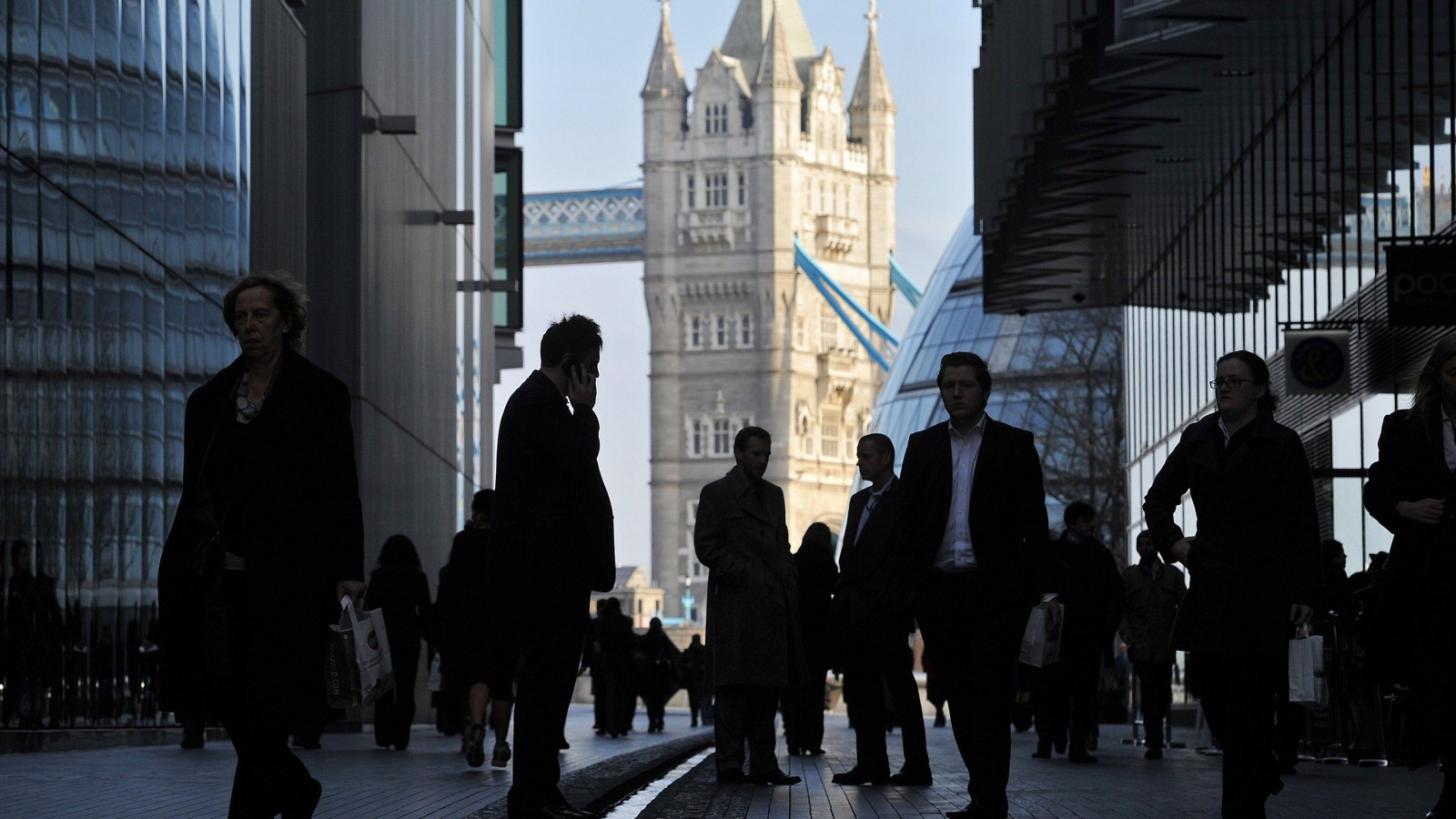 "Office workers are seen in the London Place business district near Tower Bridge in central London February 9, 2011. Britain finalised a tortuous deal with banks on Wednesday to curb bonuses and boost lending to business, but critics said the agreement would be hard to enforce and mere ""political theatre"". REUTERS/Toby Melville (BRITAIN - Tags: BUSINESS CITYSCAPE) - RTXXN3M"