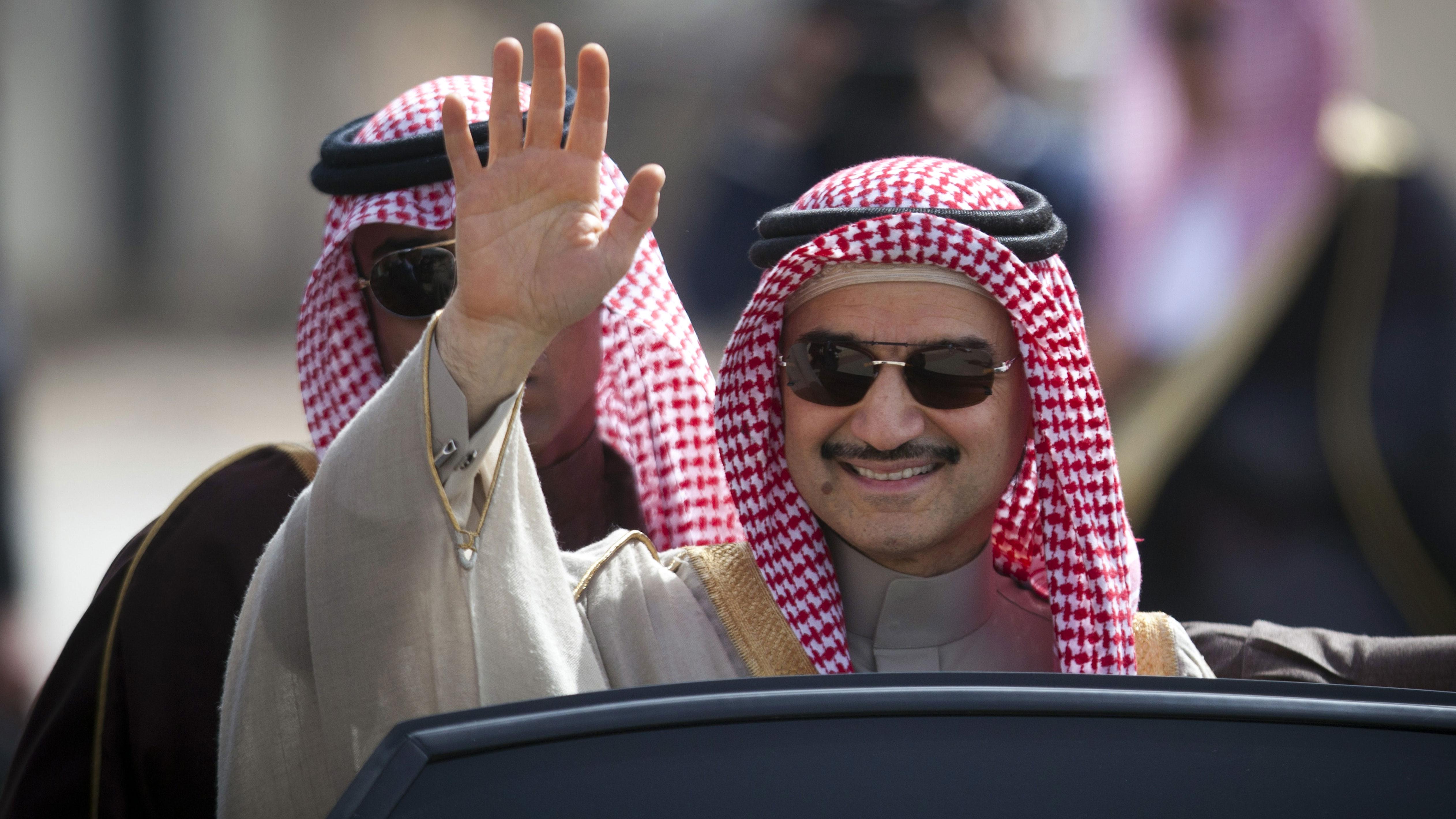 DATEI - In diesem Dateifoto vom 4. Februar 2014 winkt der saudische Milliardär Prinz Alwaleed bin Talal im Hauptquartier des palästinensischen Präsidenten Mahmoud Abbas in der Stadt Ramallah im Westjordanland. Bin Talal und seine Investmentgesellschaft haben in den vergangenen sechs Wochen ihre Anteile an den börsennotierten Aktien von Twitter verdoppelt. Eine gemeinsame Erklärung des Prinzen und seiner in Riad ansässigen Kingdom Holding Company vom Mittwoch, den 7. Oktober 2015, besagt, dass ihre gemeinsamen Anteile mehr als 5 Prozent der Stammaktien von Twitter ausmachen, mit einem Marktwert von 1 Milliarde US-Dollar. (AP Foto / Majdi Mohammed, Datei)