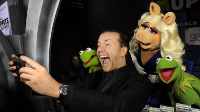 """""""Muppets Most Wanted"""" cast member Ricky Gervais photographs himself with fellow cast members, from left, Constantine, Miss Piggy and Kermit the Frog at the premiere of the film on Tuesday, March 11, 2014, in Los Angeles. (Photo by Chris Pizzello/Invision/AP)"""