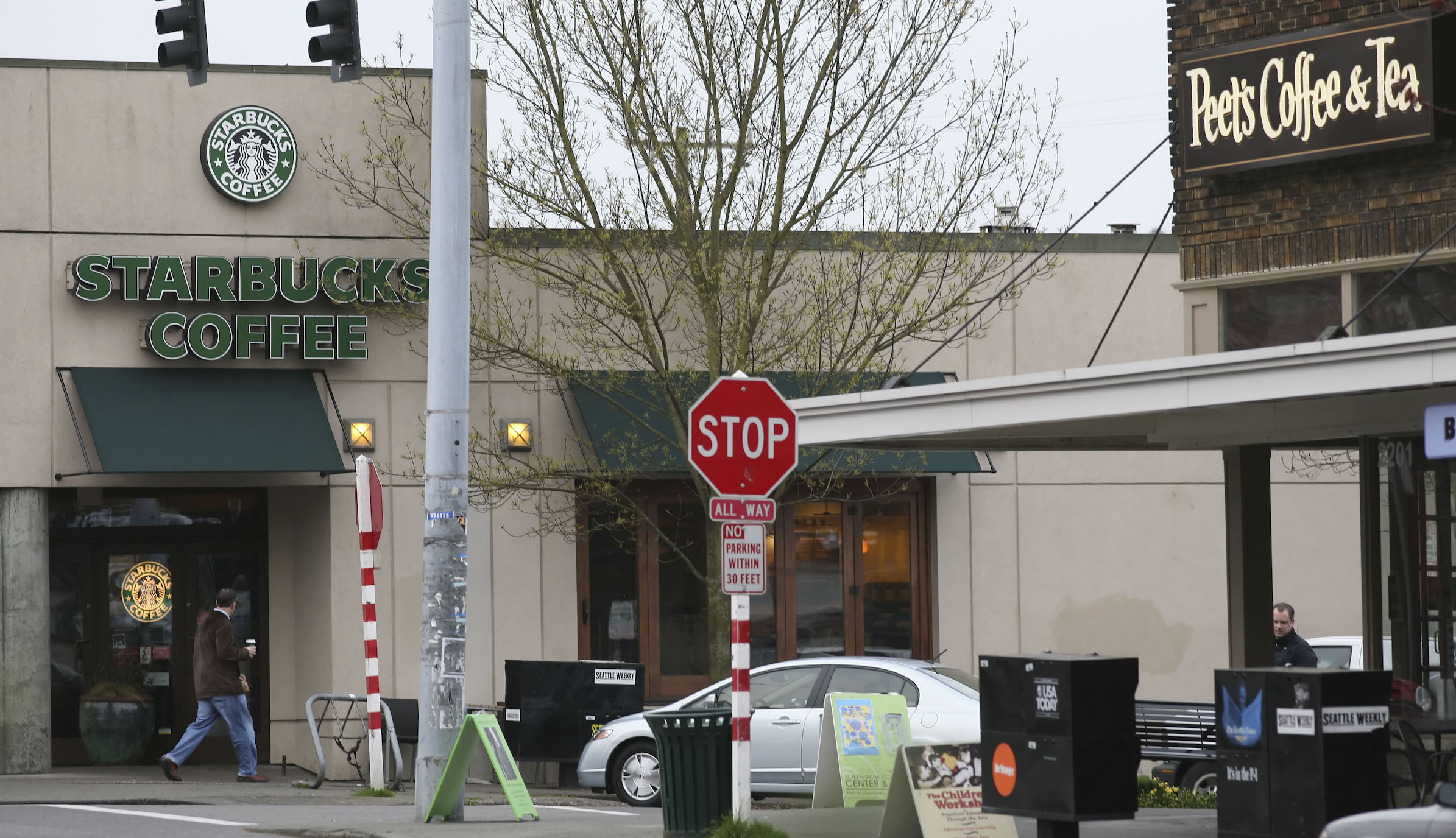 A Starbucks store is seen a Peets Coffee and Tea store (R) in Seattle, Washington March 19, 2008. REUTERS/Marcus R. Donner (UNITED STATES) - RTR1YJ02