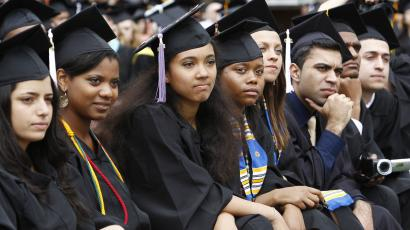 Graduating students listen to U.S. President Barack Obama speak at the University of Michigan commencement ceremony in Ann Arbor, Michigan May 1, 2010. REUTERS/Kevin Lamarque (UNITED STATES - Tags: POLITICS EDUCATION)