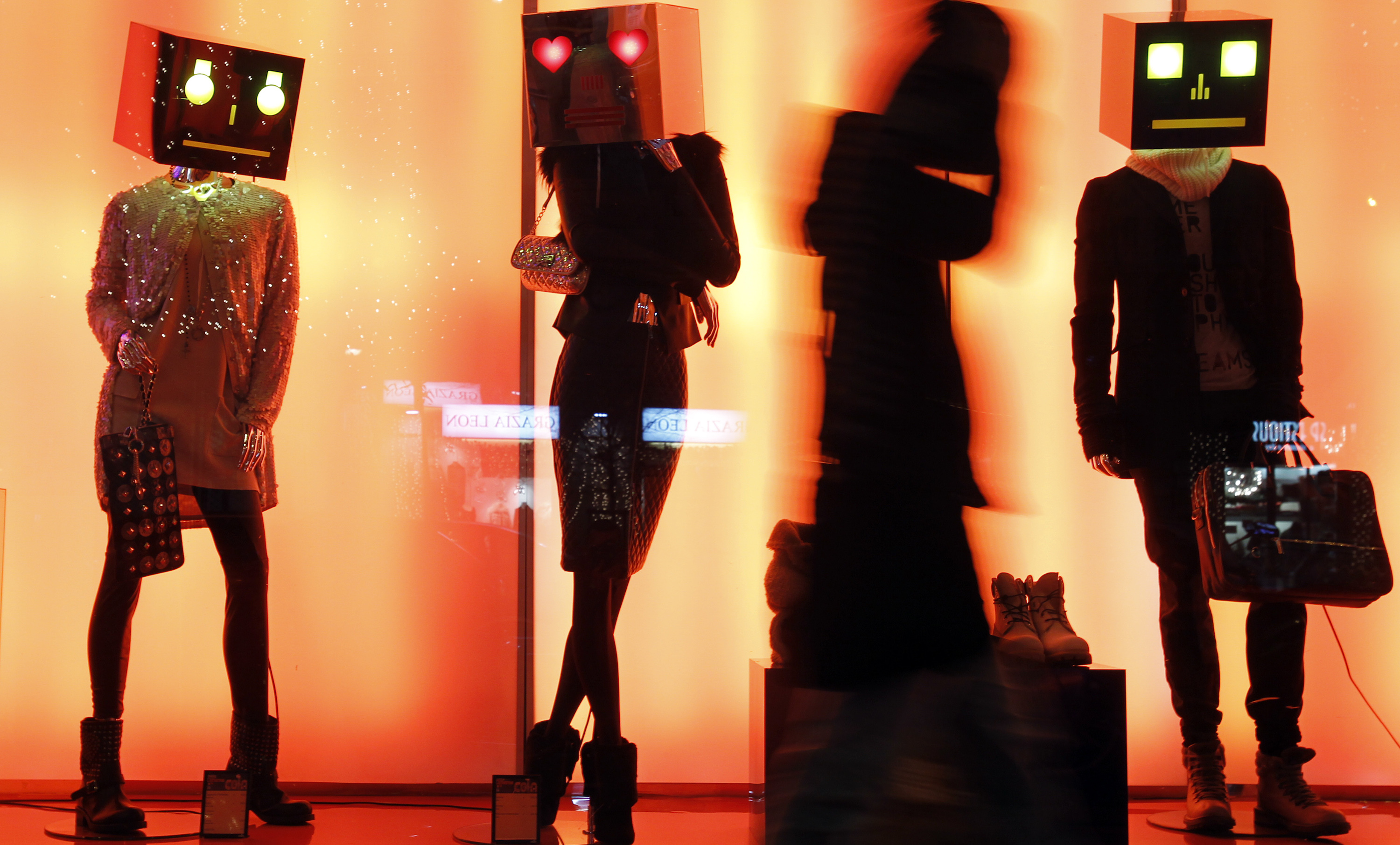 A person walks past a shop window display in downtown Milan December 8, 2011. European Union leaders gathered on Thursday for a critical two-day summit focused on trying to find a solution to the euro zone debt crisis.  REUTERS/Alessandro Garofalo  (ITALY - Tags: SOCIETY BUSINESS) - RTR2V0KI