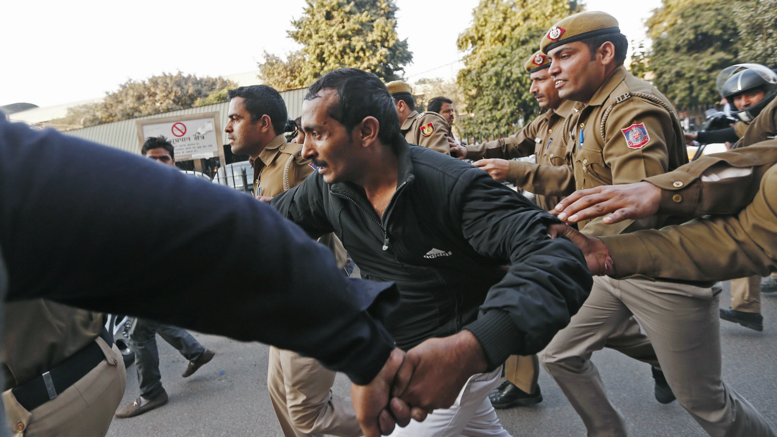 Policemen run along with driver Shiv Kumar Yadav (C) who is accused of a rape outside a court in New Delhi December 8, 2014. U.S. online ride-hailing service Uber has been banned from operating in the Indian capital after a female passenger accused one of its drivers of rape, a case that has reignited a debate about the safety of women in the South Asian nation. REUTERS/Adnan Abidi (INDIA - Tags: CRIME LAW BUSINESS TRANSPORT TPX IMAGES OF THE DAY)