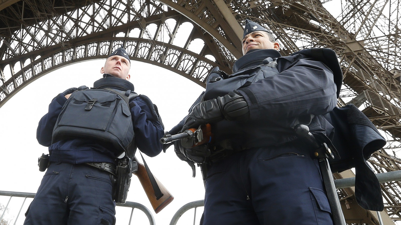 Police take up position under the Eiffel Tower the morning after a series of deadly attacks in Paris , November 14, 2015.      REUTERS/Yves Herman - RTS6ZAD