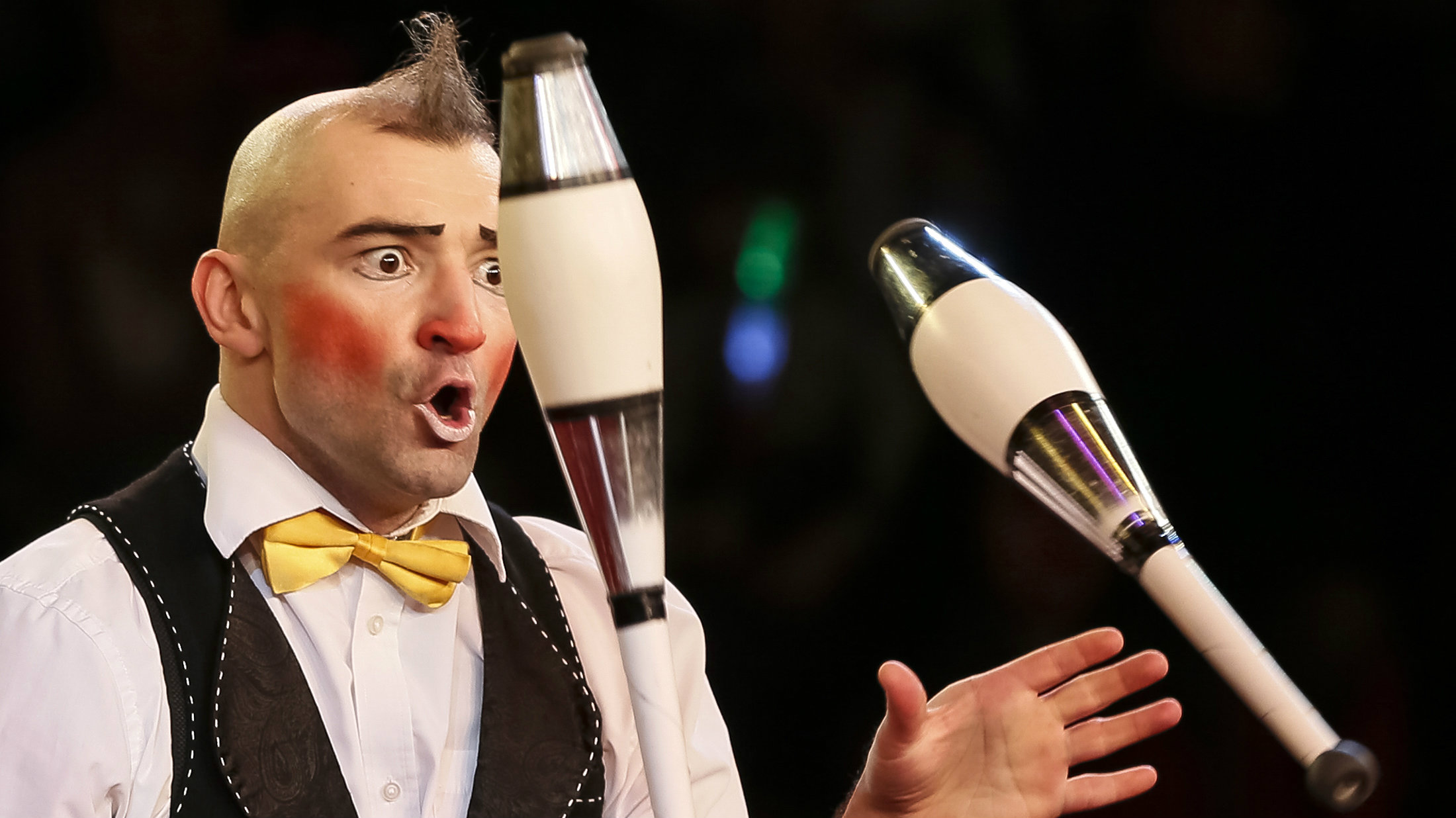 """A juggler performs during """"Circus of our childhood"""", a new programme, at the National Circus in the Ukrainian capital of Kiev January 22, 2015. REUTERS/Gleb Garanich (UKRAINE - Tags: SOCIETY)"""