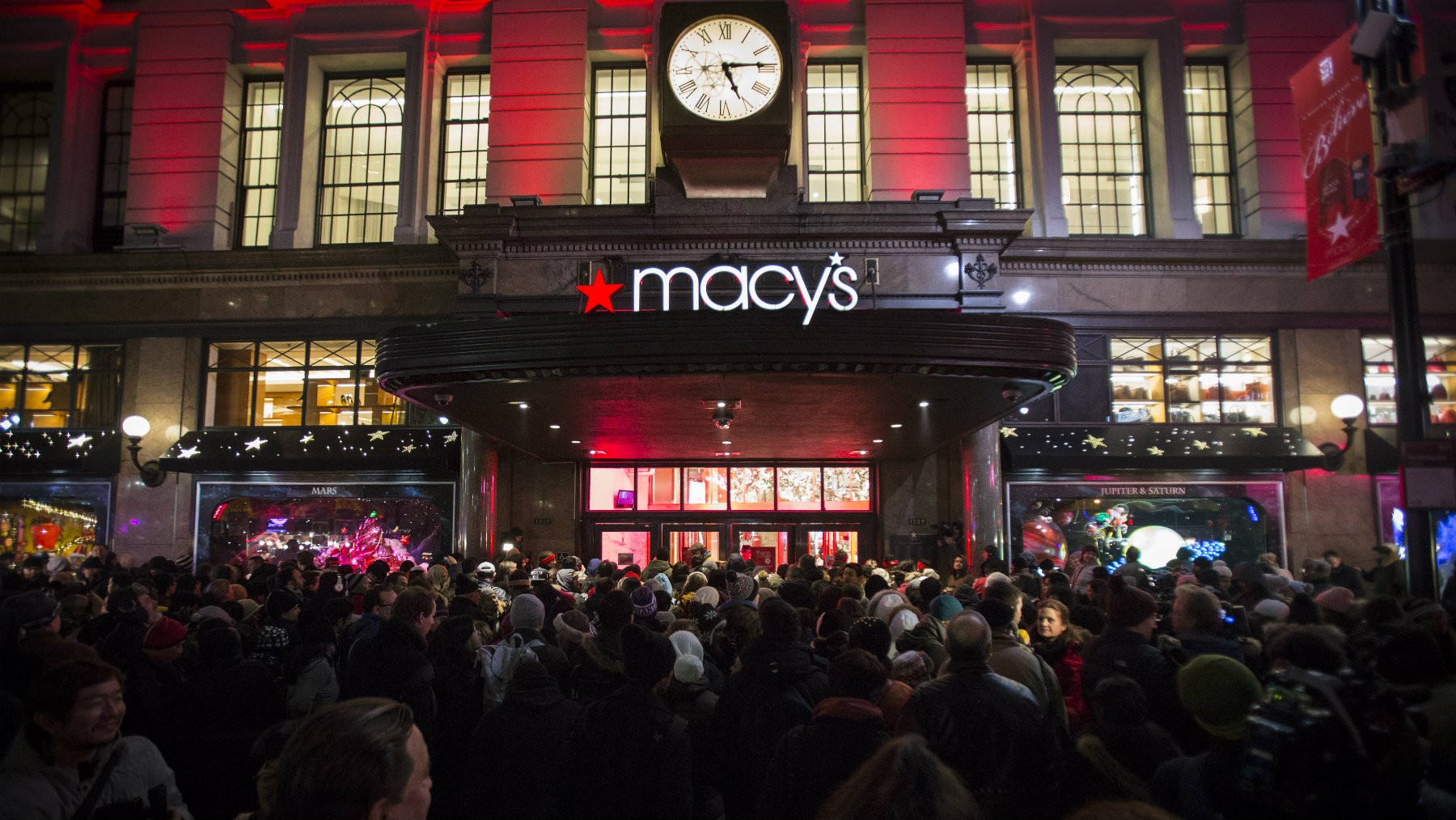Shoppers wait to enter Macy's to kick off Black Friday sales in New York November 27, 2014. Select stores opened Thursday to kick off the Black Friday sales, with the Friday after Thanksgiving typically being the busiest shopping day of the year in the U.S. REUTERS/Andrew Kelly (UNITED STATES - Tags: SOCIETY BUSINESS)