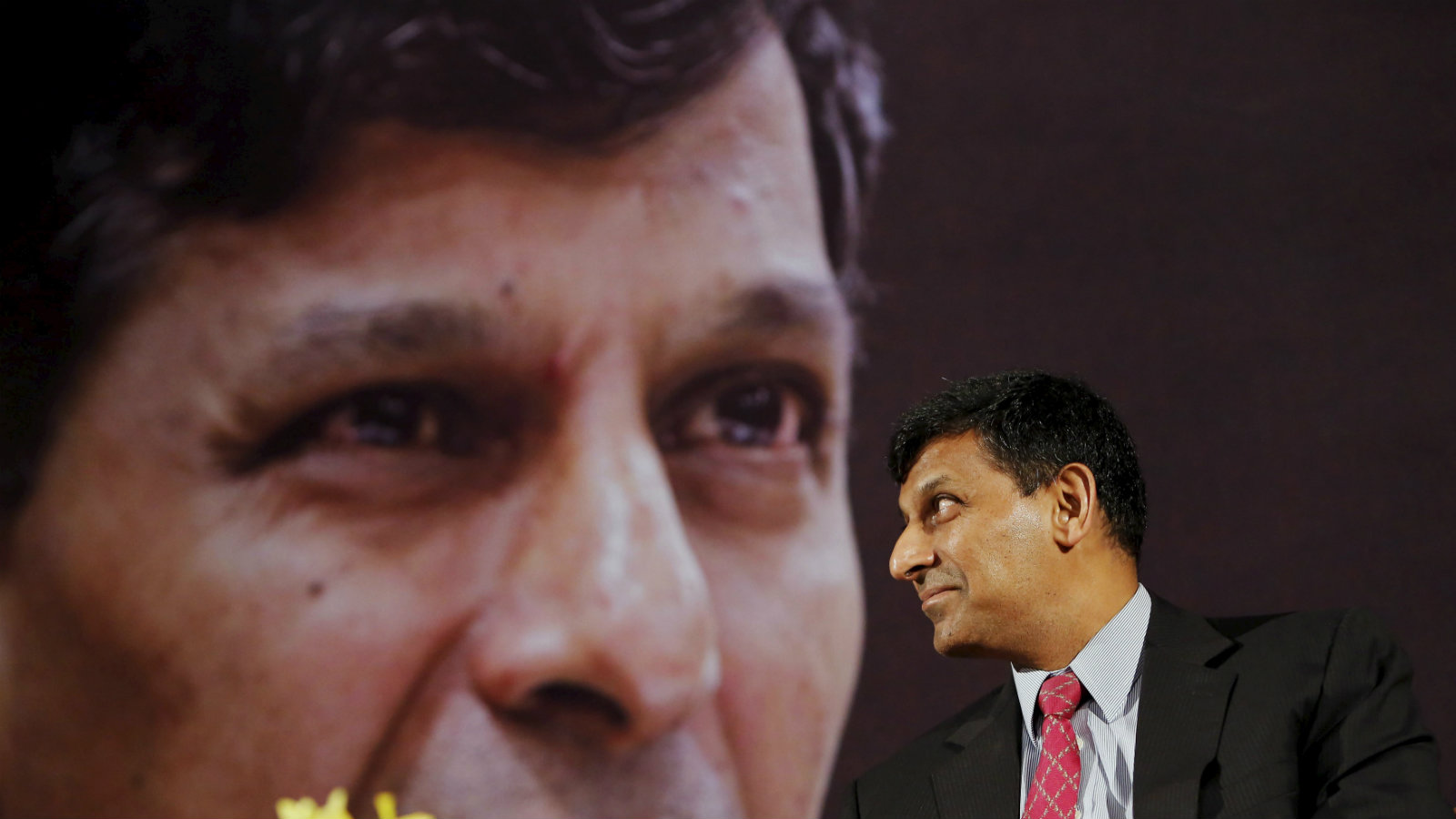 Reserve Bank of India (RBI) Governor Raghuram Rajan smiles before delivering a lecture at the India Habitat Centre in New Delhi, India, November 6, 2015. Rajan said on Friday bringing down inflation would help stabilise the Indian rupee, while adding he welcomed government efforts to boost economic growth through structural reforms.